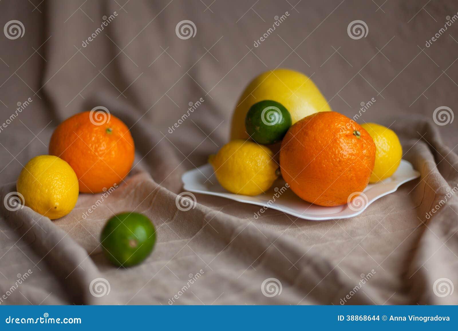 Sinaasappel een citroen een kalk op een lijst