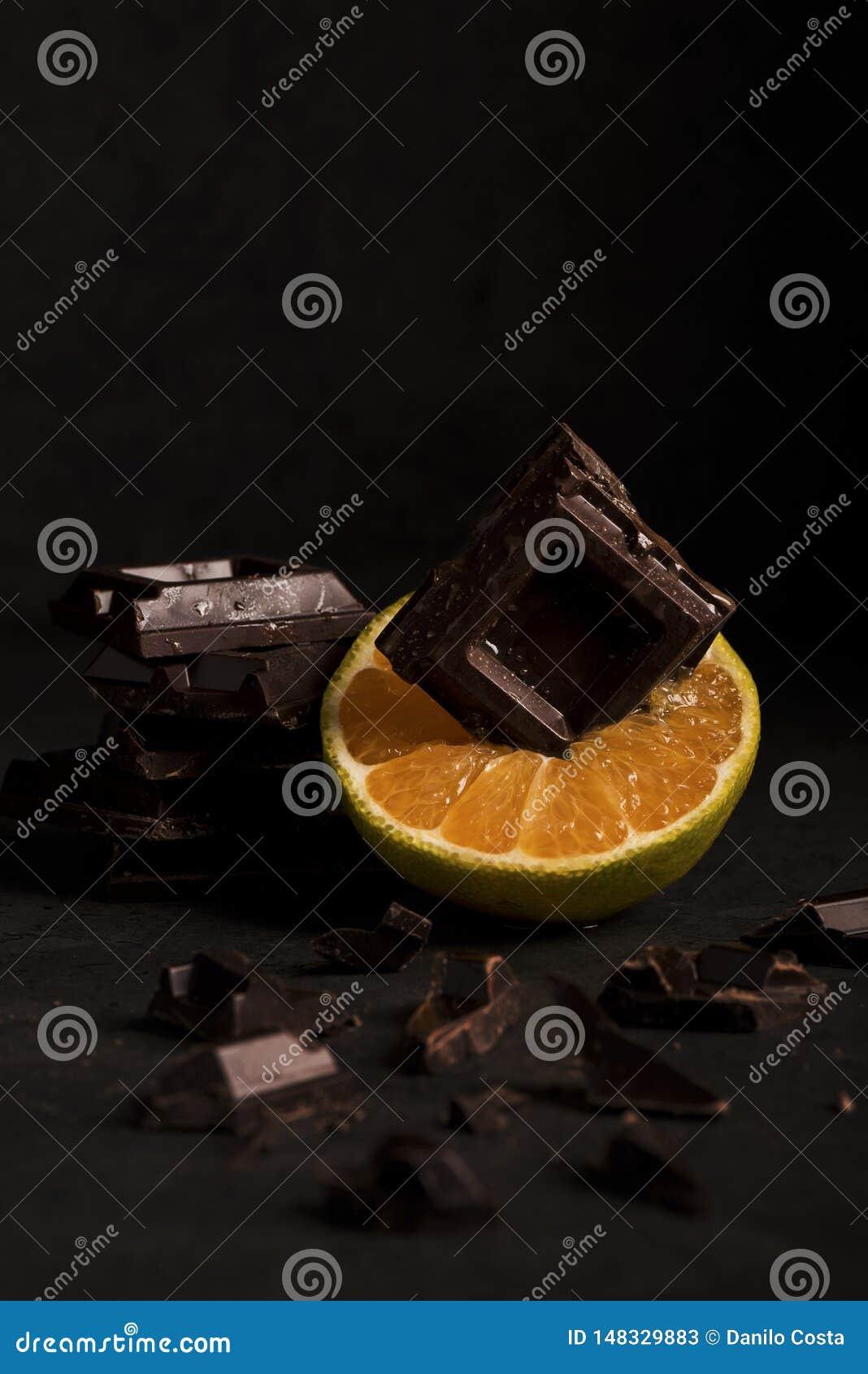 Sinaasappel met chocolade op houten achtergrond