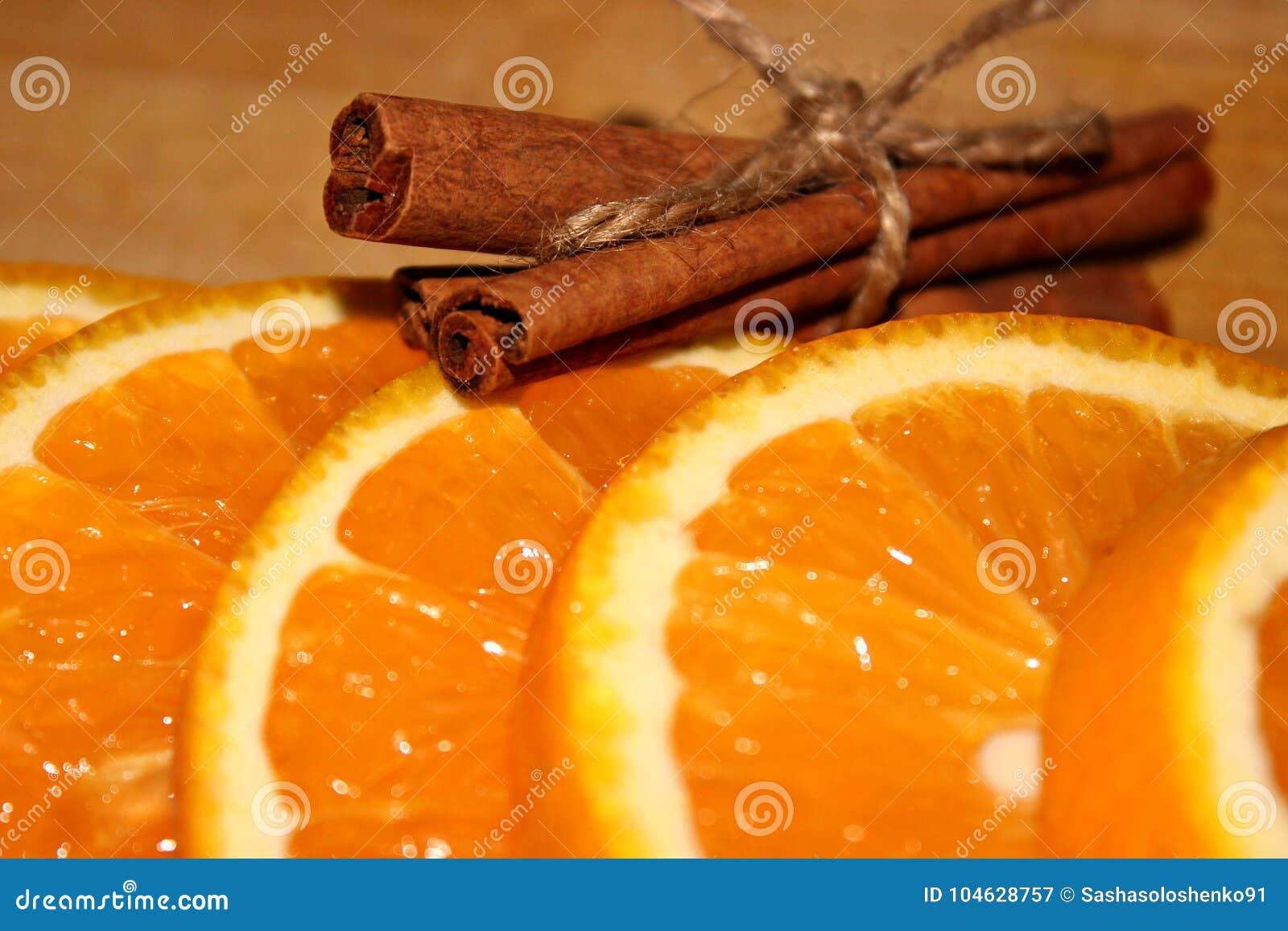 Download Sinaasappel Met Kaneel Dichte Omhooggaand Stock Afbeelding - Afbeelding bestaande uit citrusvrucht, gezond: 104628757