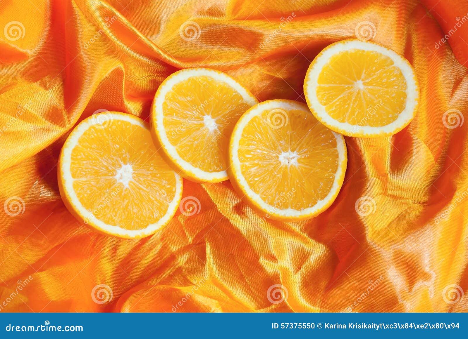 Sinaasappel op een zijdeachtergrond