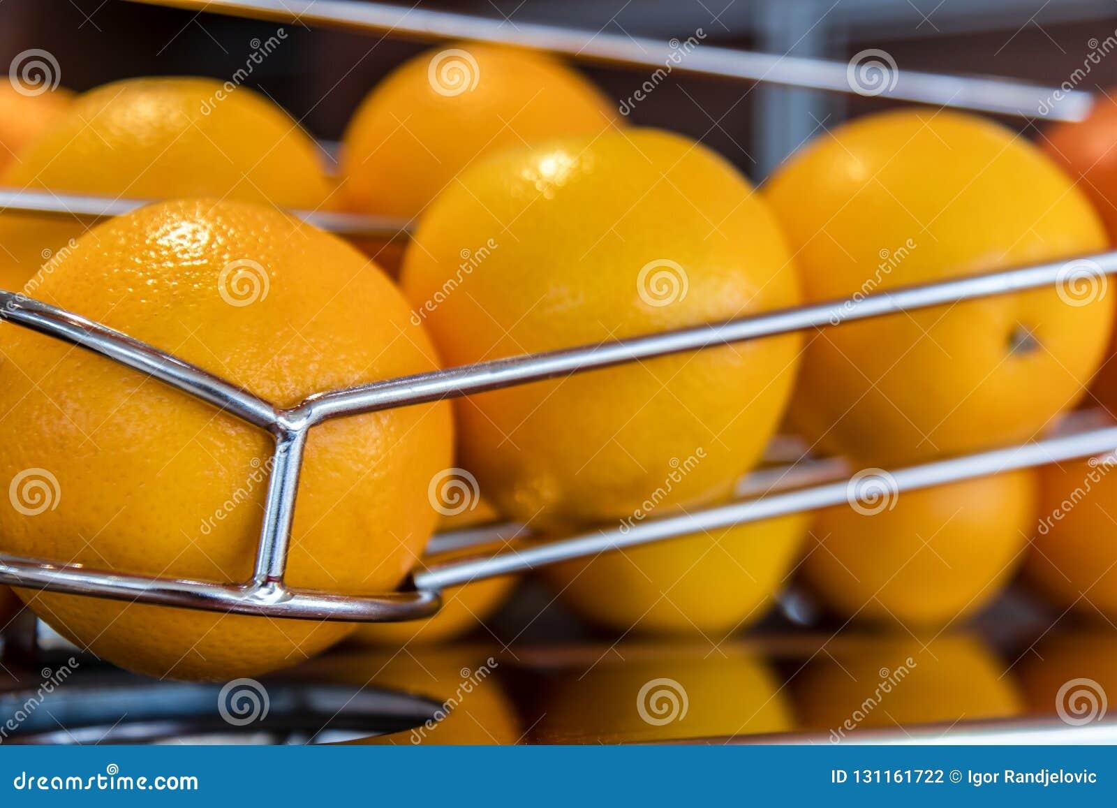 Sinaasappelen in de lijn op de sapmachine