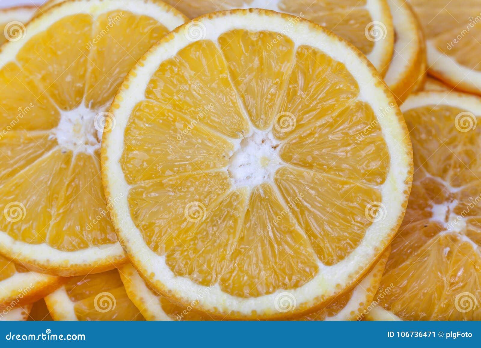 Sinaasappelen zonder pitten in plakken worden gesneden die