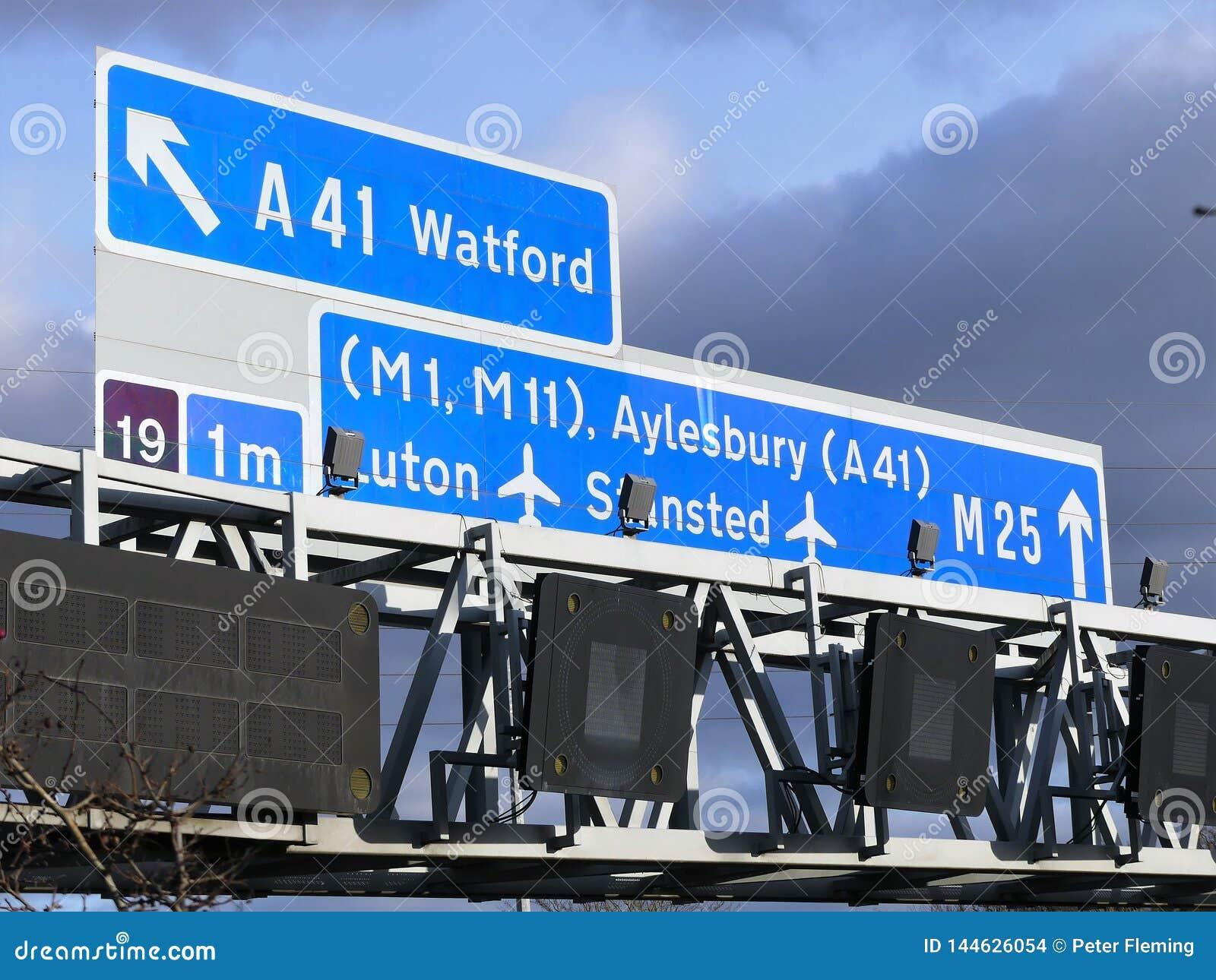 Sinais da estrada M25, perto da junção 19 em Hertfordshire, Reino Unido