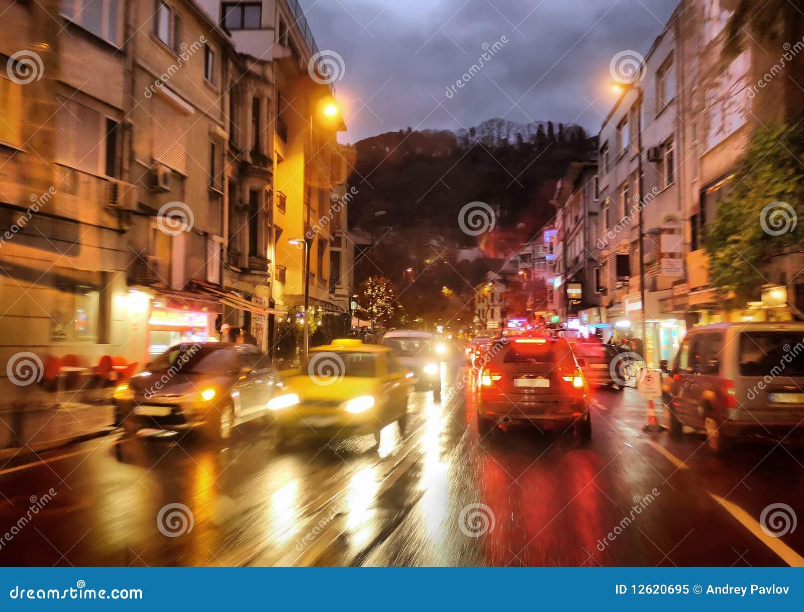Sinais da noite na cidade chuvosa