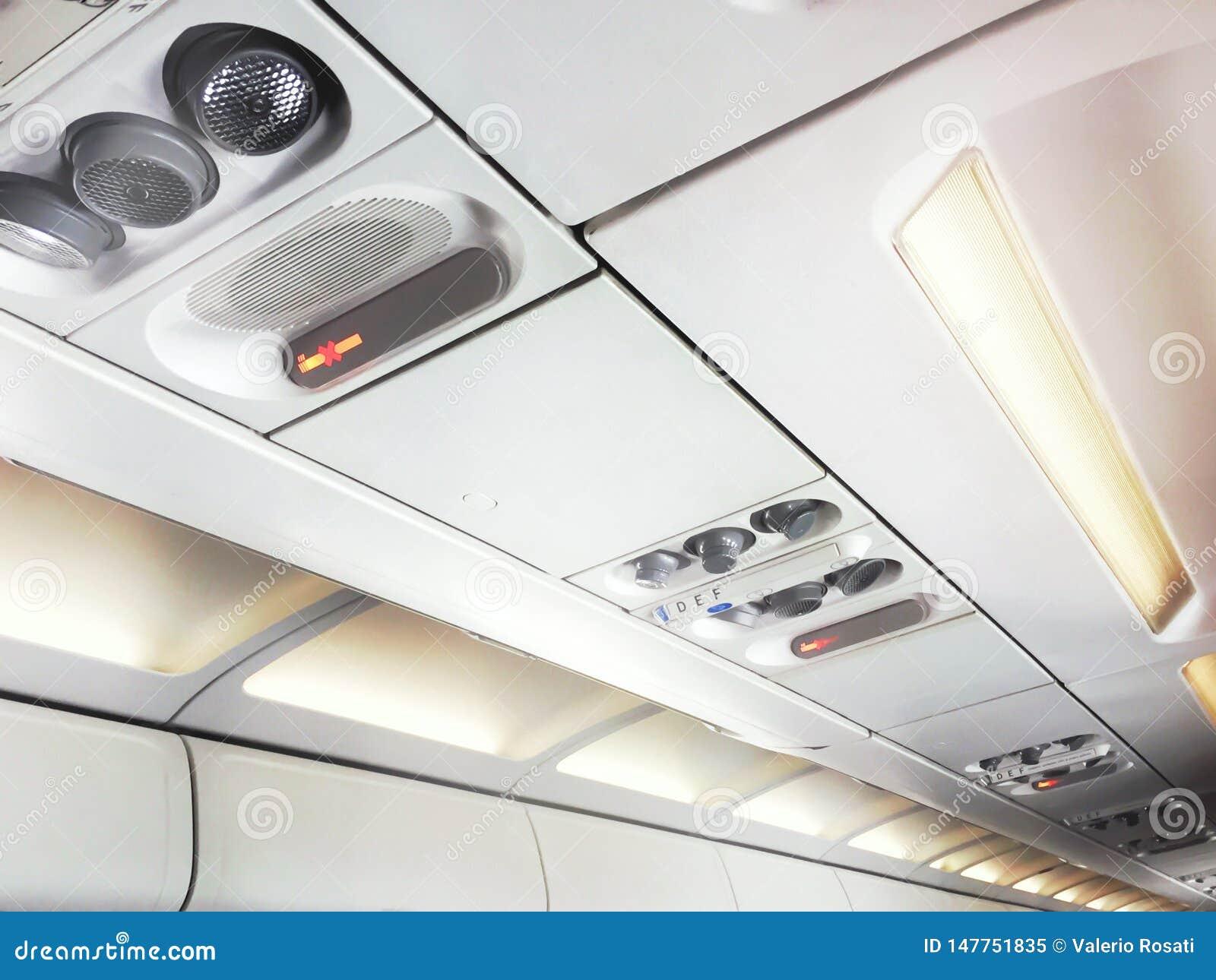 Sinais e controles n?o fumadores para ajustar o condicionamento de ar e as luzes pessoais dentro de um avi?o comercial