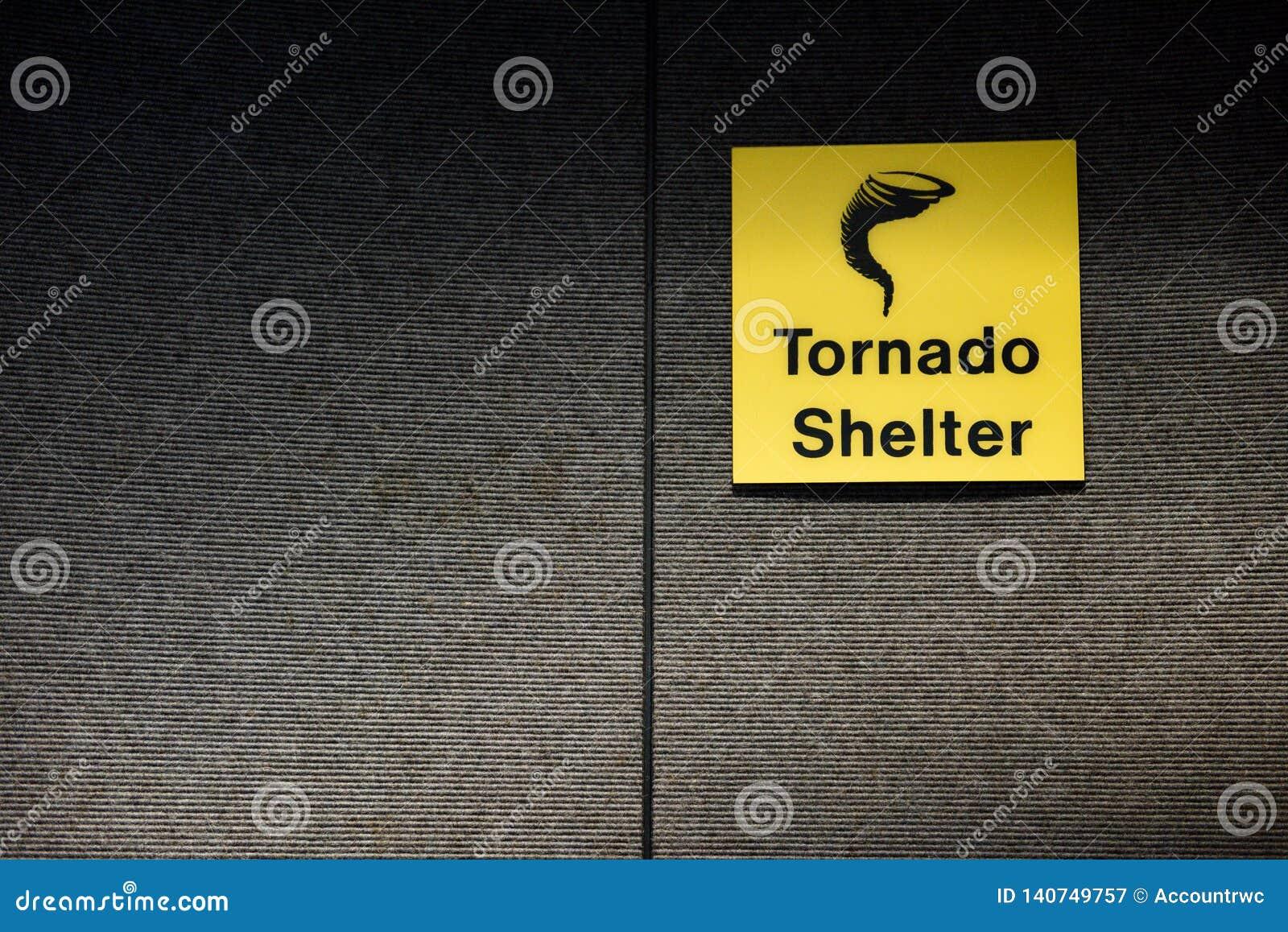 Sinal amarelo do abrigo do furacão que designa uma área segura da sala