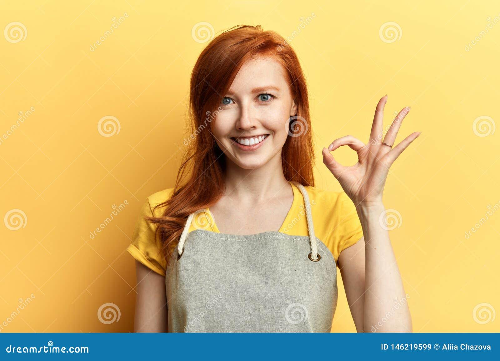 Sinal aprovado da exibição feliz alegre da menina como o grande conceito das vendas