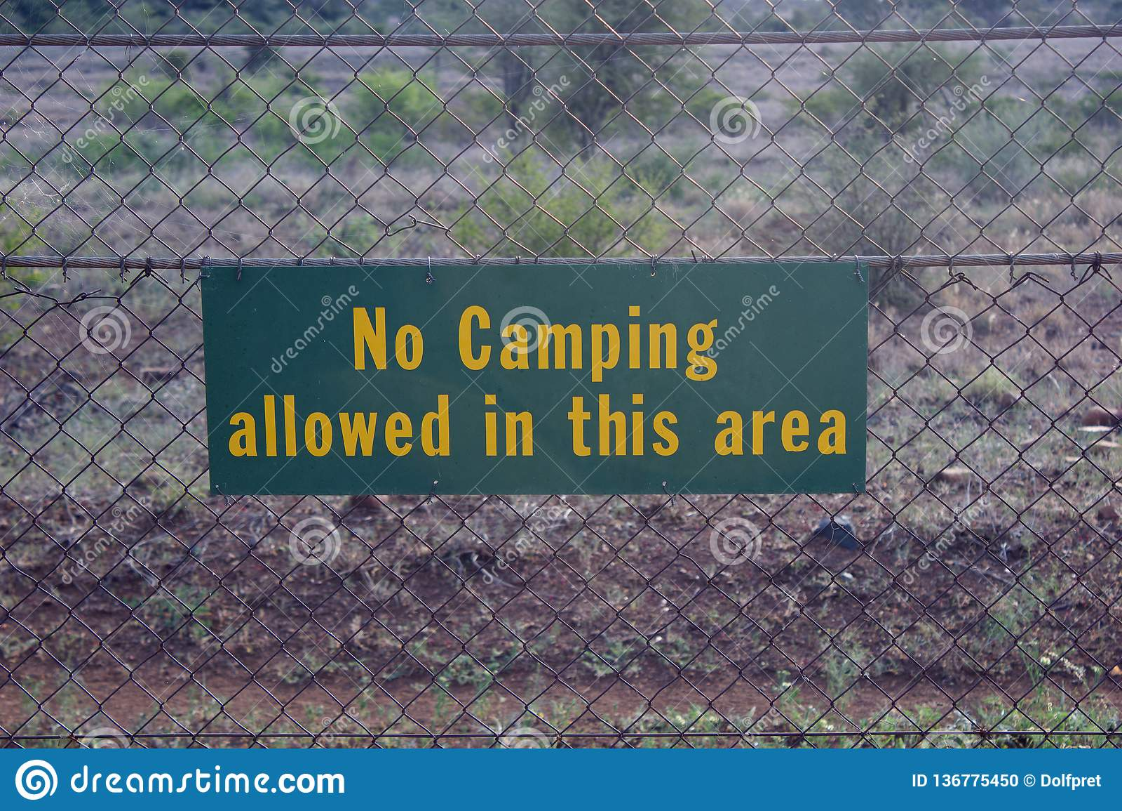Sinal contra a cerca com palavras nenhum acampamento permitido nesta área
