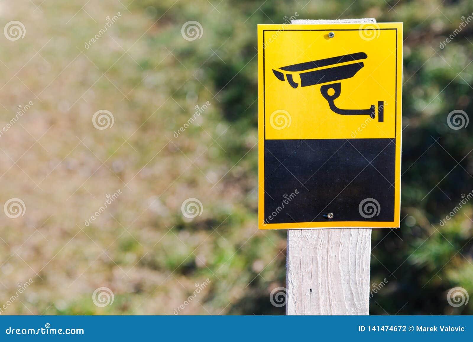 Sinal da câmara de vigilância instalado sobre na placa lisa