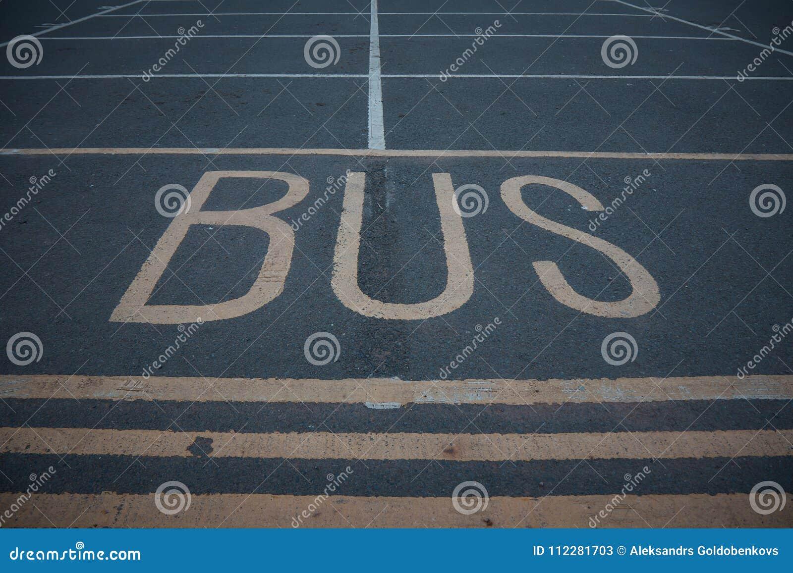 Sinal da parada do ônibus na estrada asfaltada pública