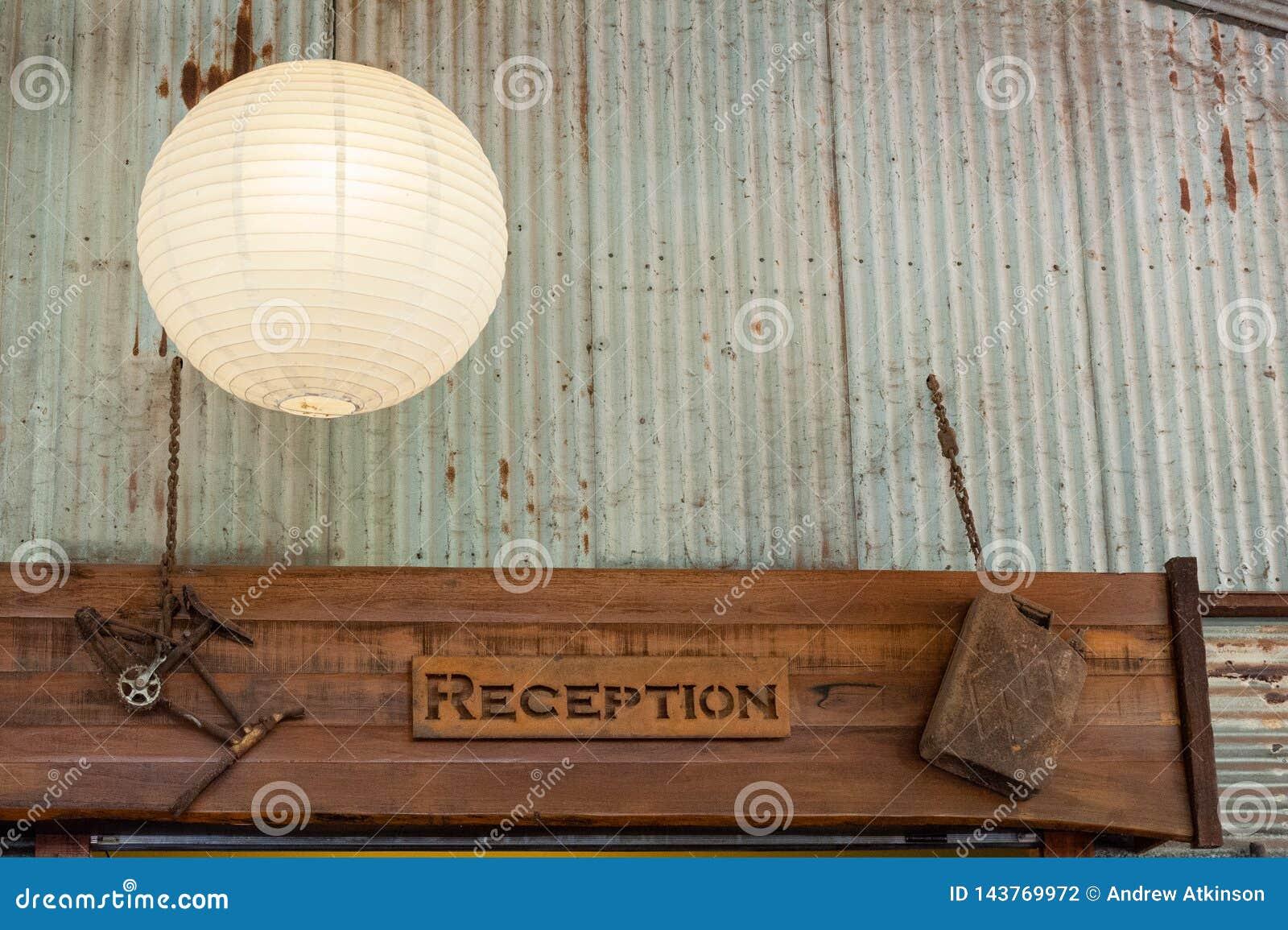 Sinal da recepção decorado com ornamento oxidados