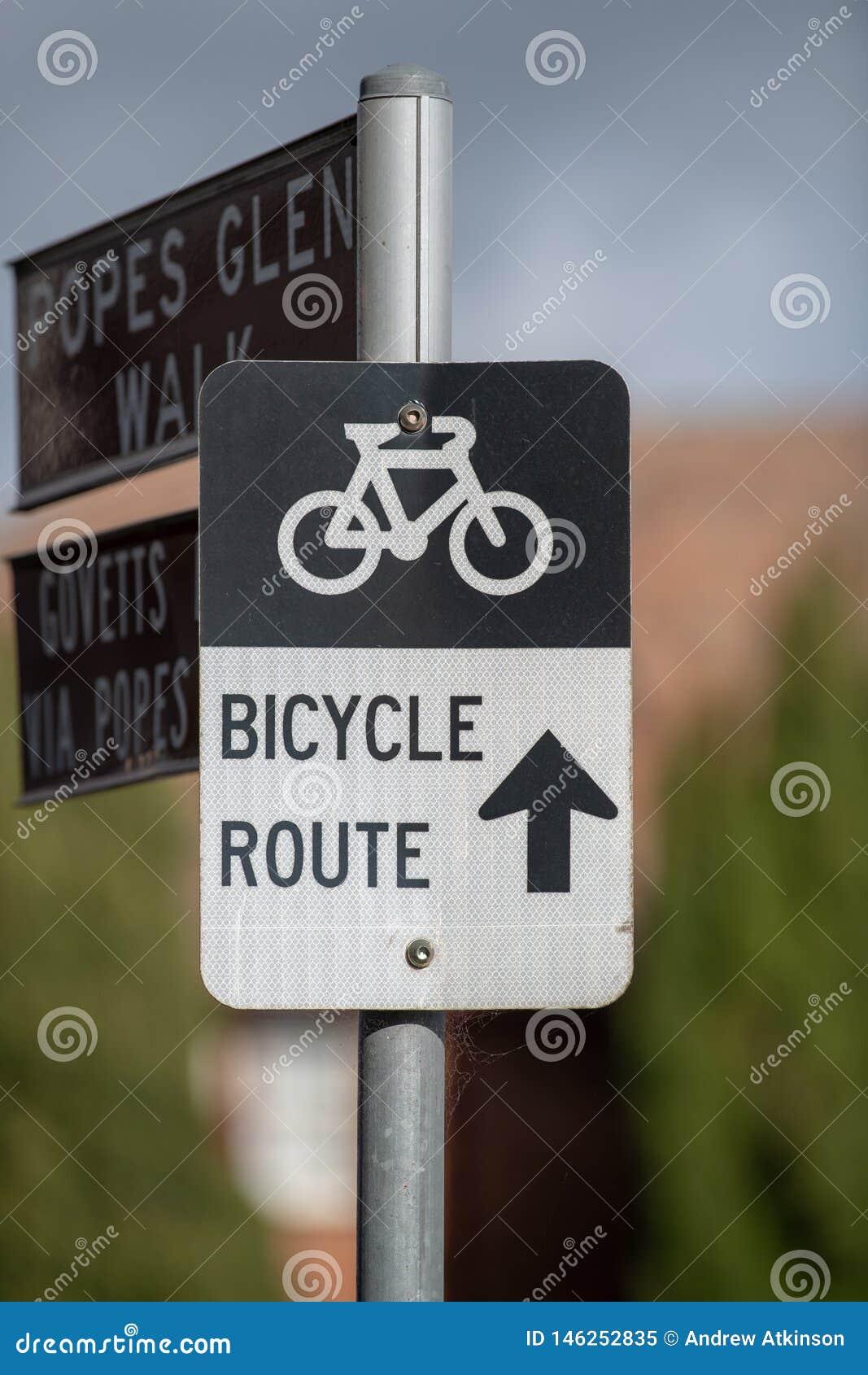 Sinal da rota da bicicleta na rua principal em Blackheath