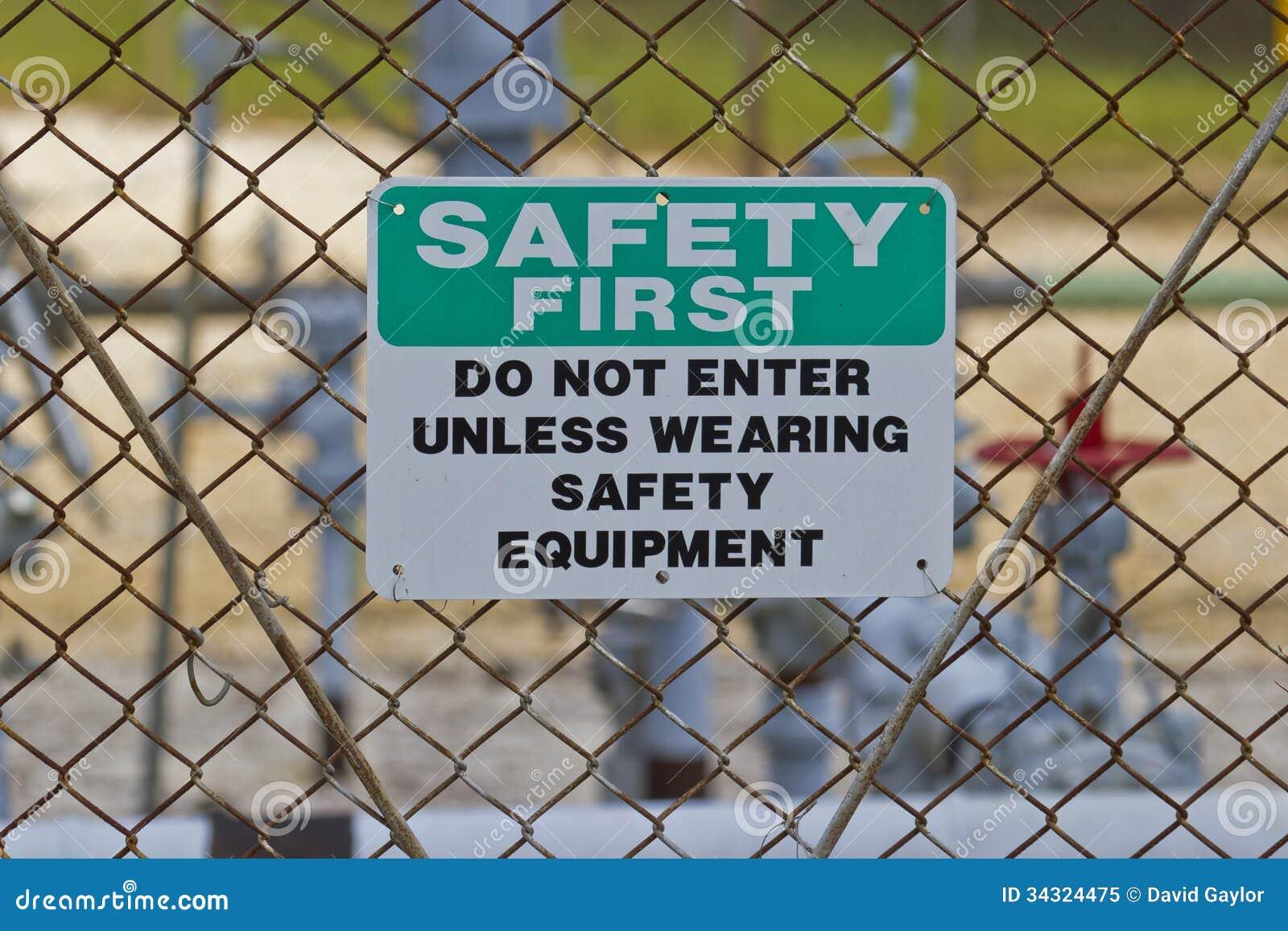 Sinal da segurança em primeiro lugar no local da produção do gás natural
