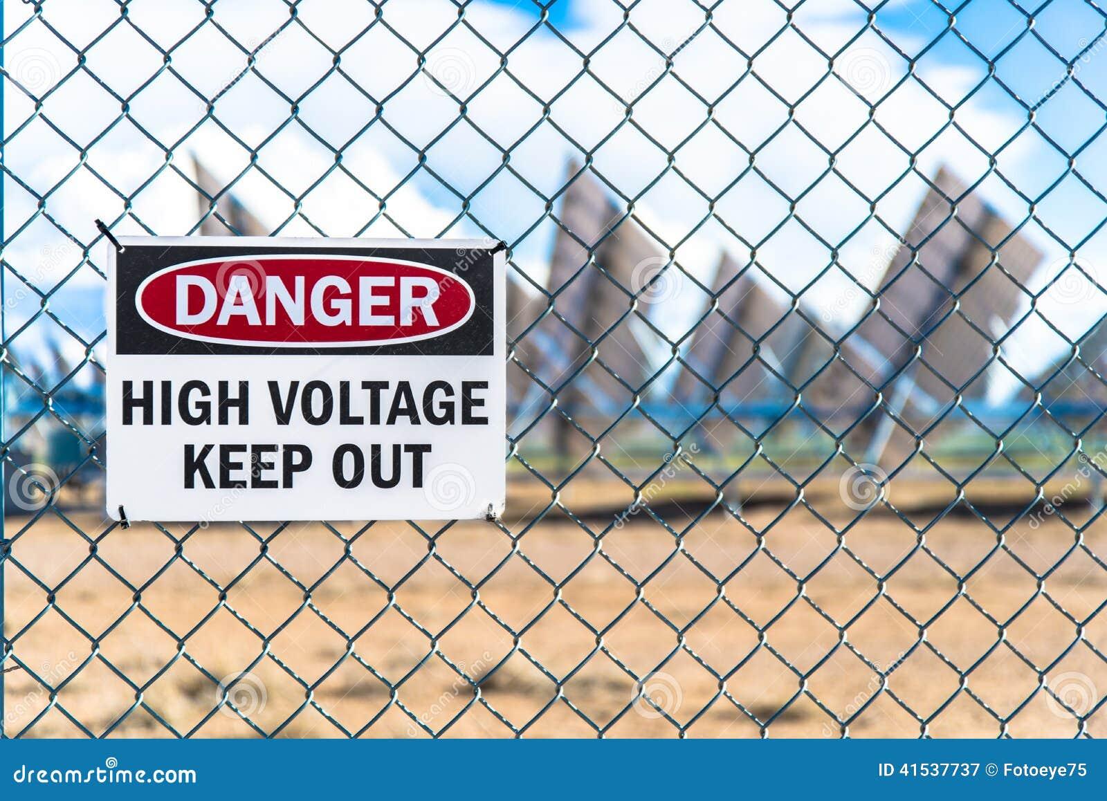 Sinal de alta tensão do perigo do painel solar