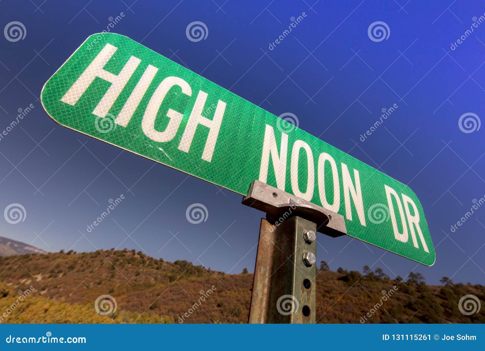 Sinal de estrada da movimentação do meio-dia, o oeste velho, EUA