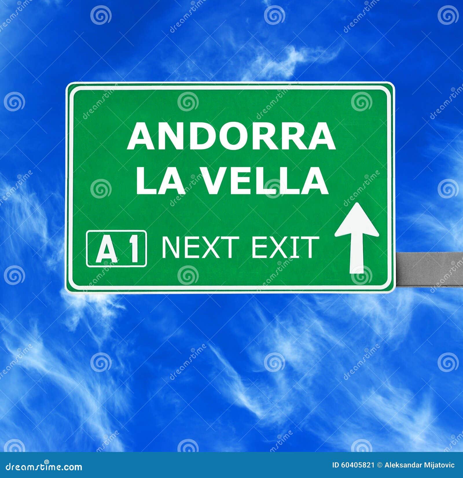 Sinal de estrada dos VELINOS do LA de ANDORRA contra o céu azul claro