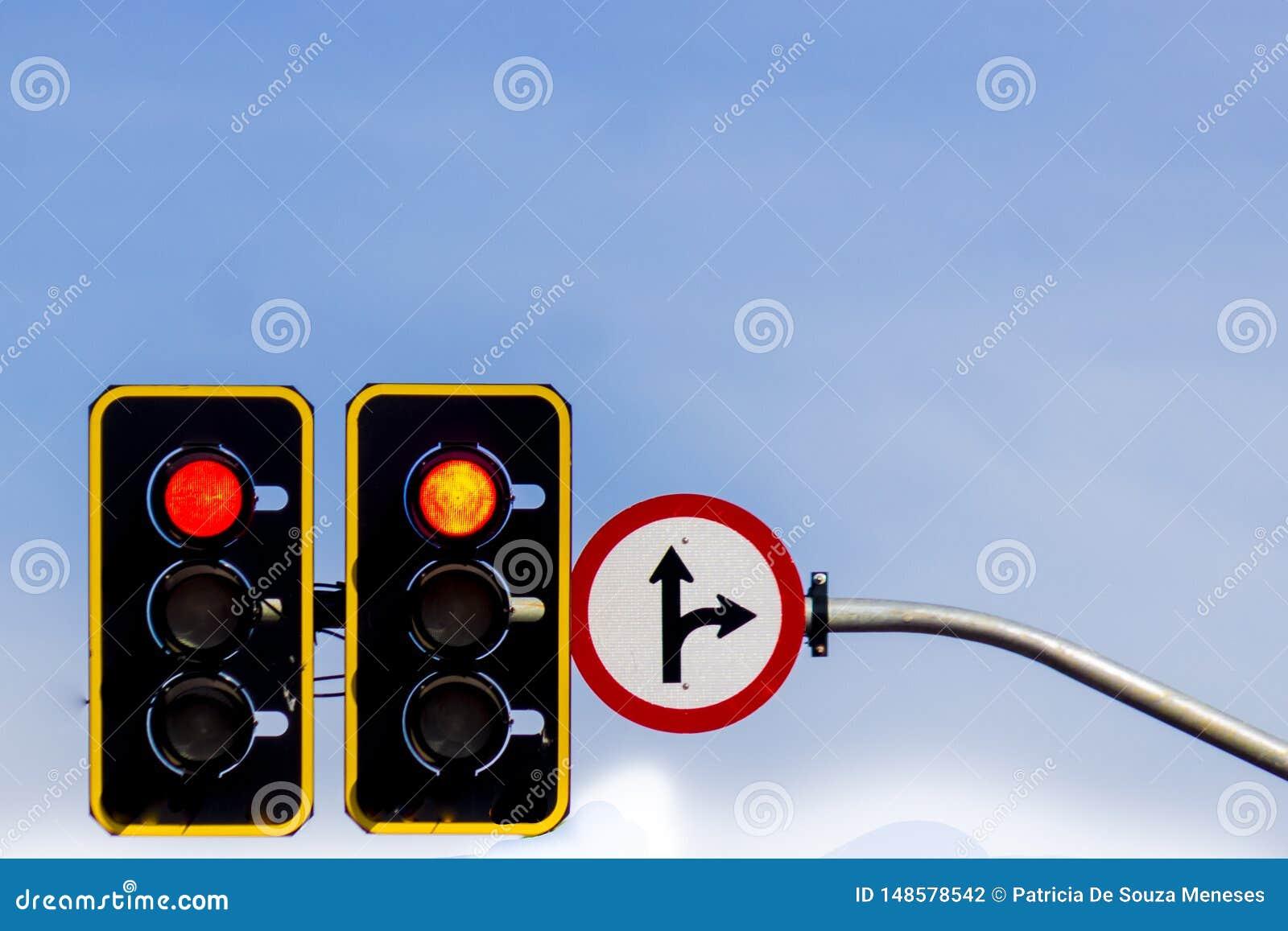 Sinal de estrada e sinal de tr?fego