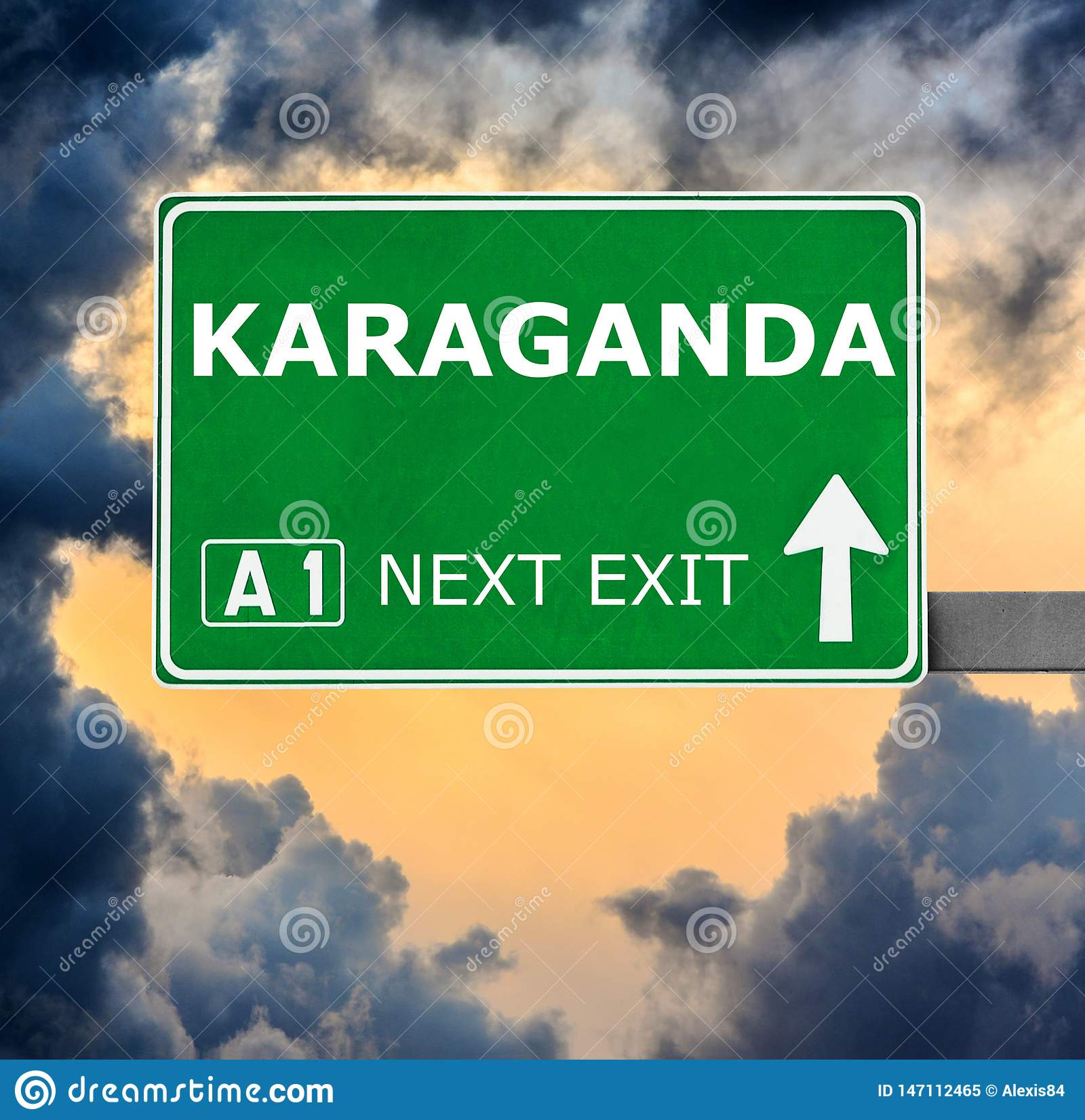 Sinal de estrada de KARAGANDA contra o c?u azul claro