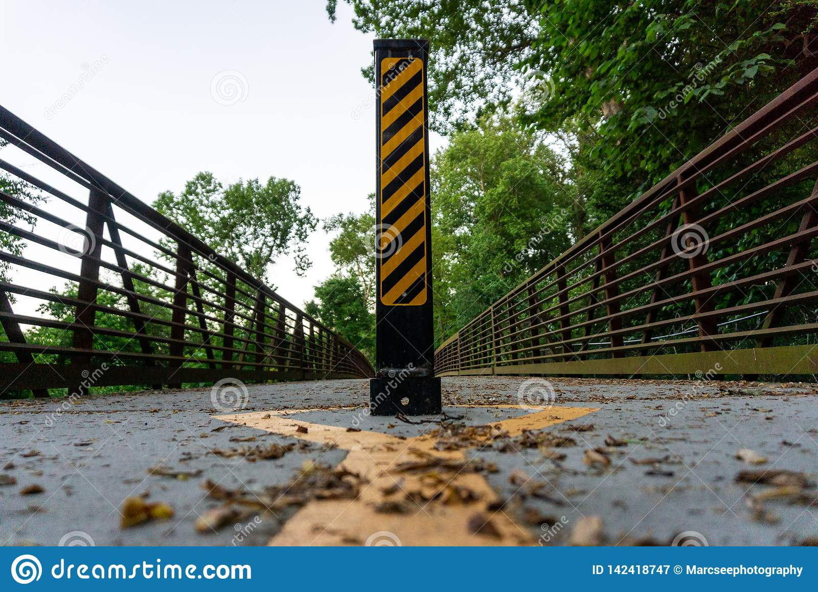 Sinal de estrada na coluna para o uso autorizado somente