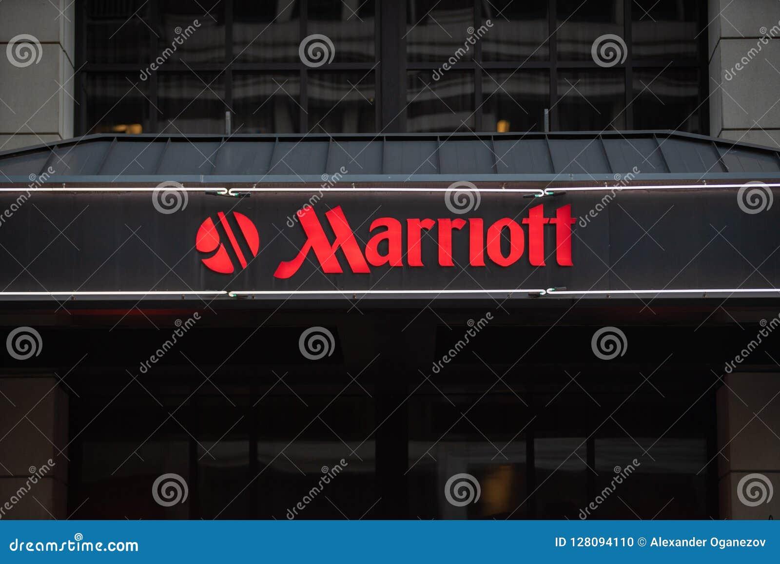 Sinal de néon do hotel de Marriott com logotipo