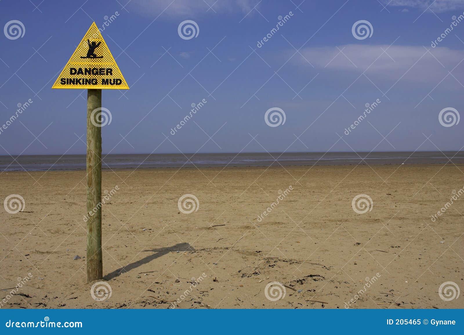 Sinal de naufrágio da lama do perigo, praia Inglaterra Reino Unido do ponto da areia