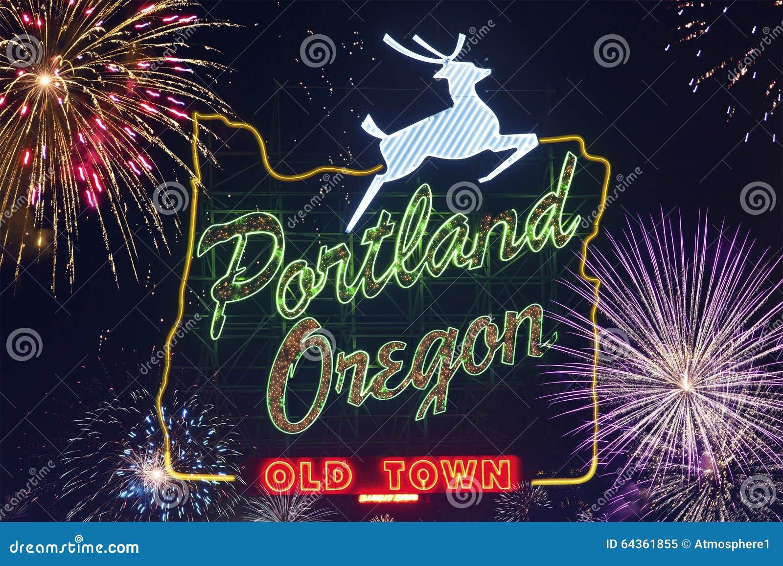 Sinal de Portland, Oregon com cervos e os fogos-de-artifício de piscamento no céu no fundo