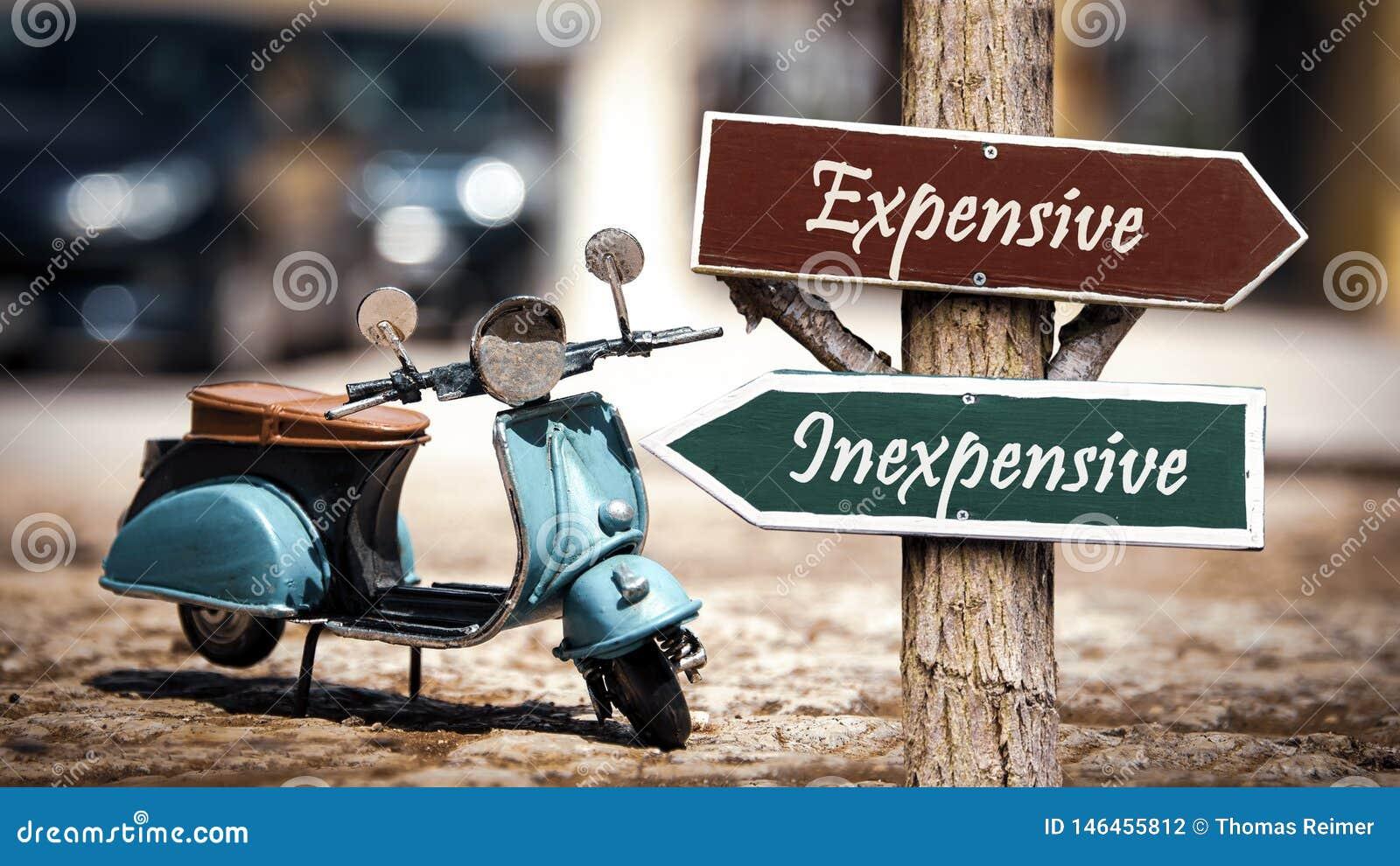 Sinal de rua barato contra caro