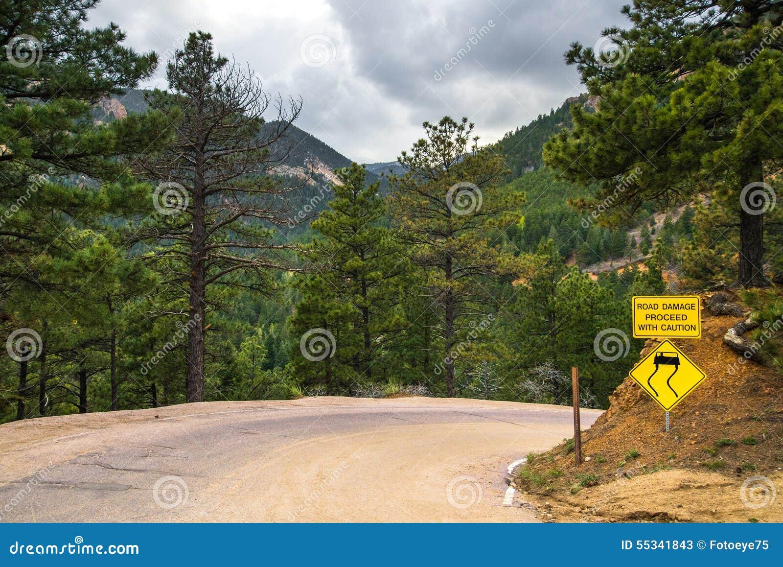 Sinal de tráfego amarelo do perigo
