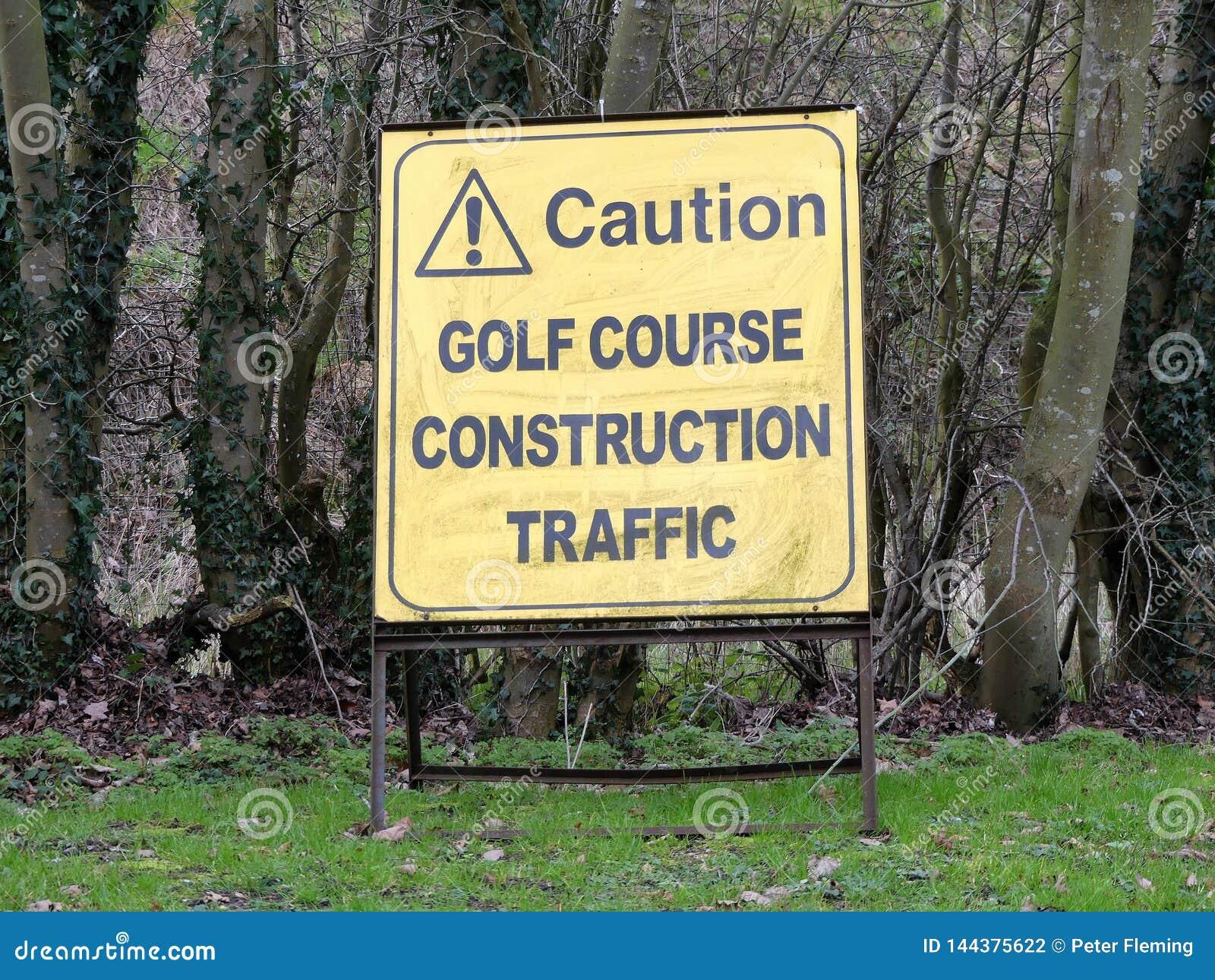 Sinal de tráfego da construção do campo de golfe do cuidado