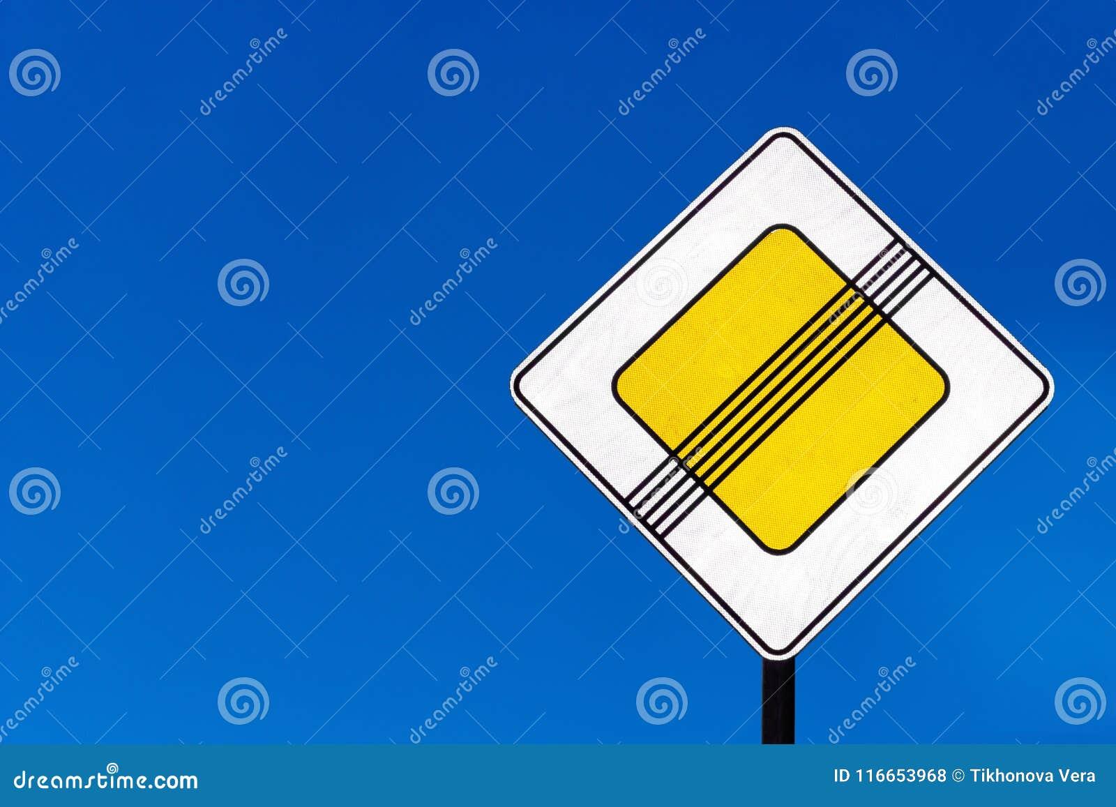 Sinal de tráfego da prioridade em estradas