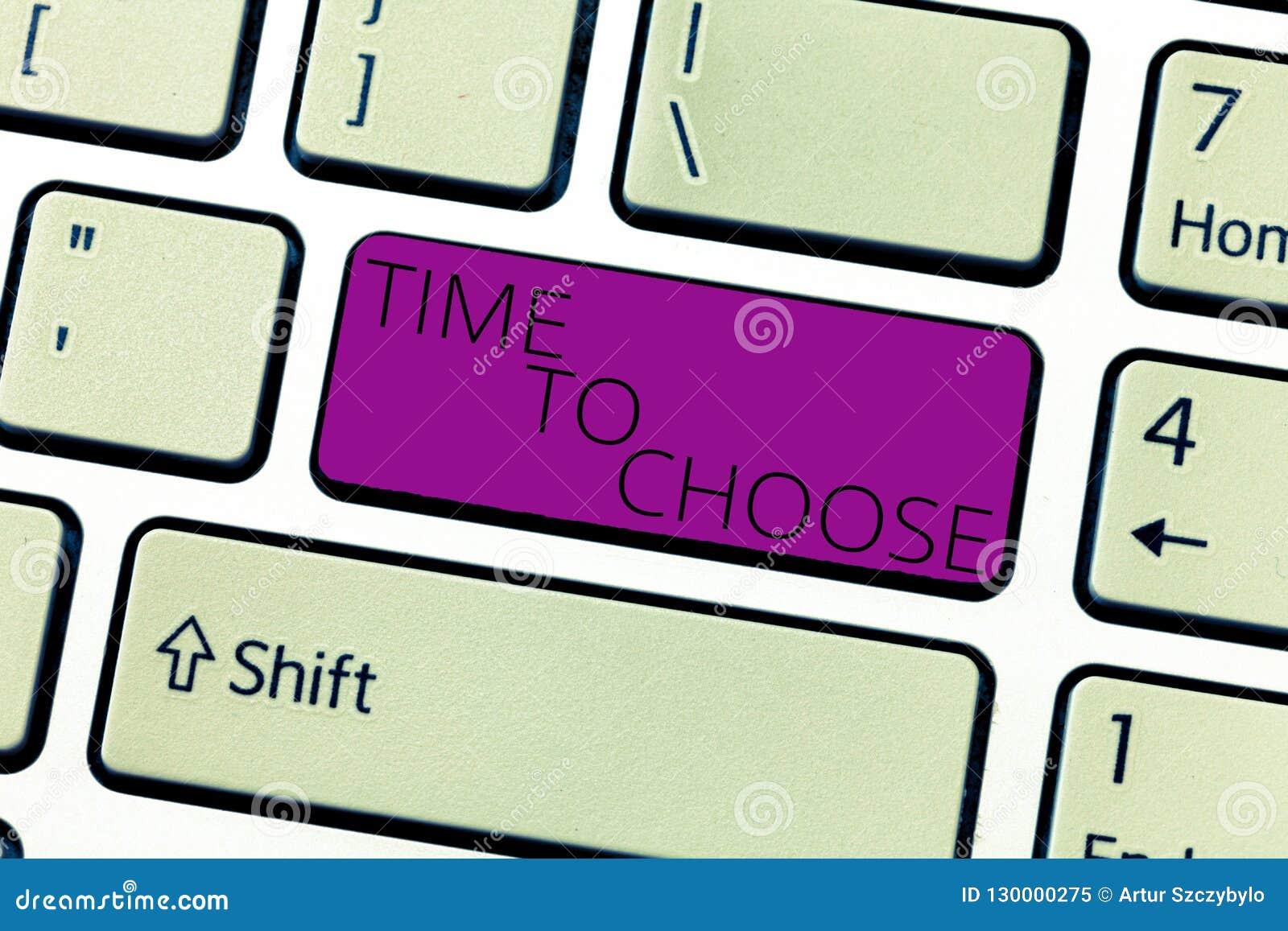 Sinal do texto que mostra a hora de escolher Foto conceptual que julga os méritos de opções múltiplas e que seleciona um