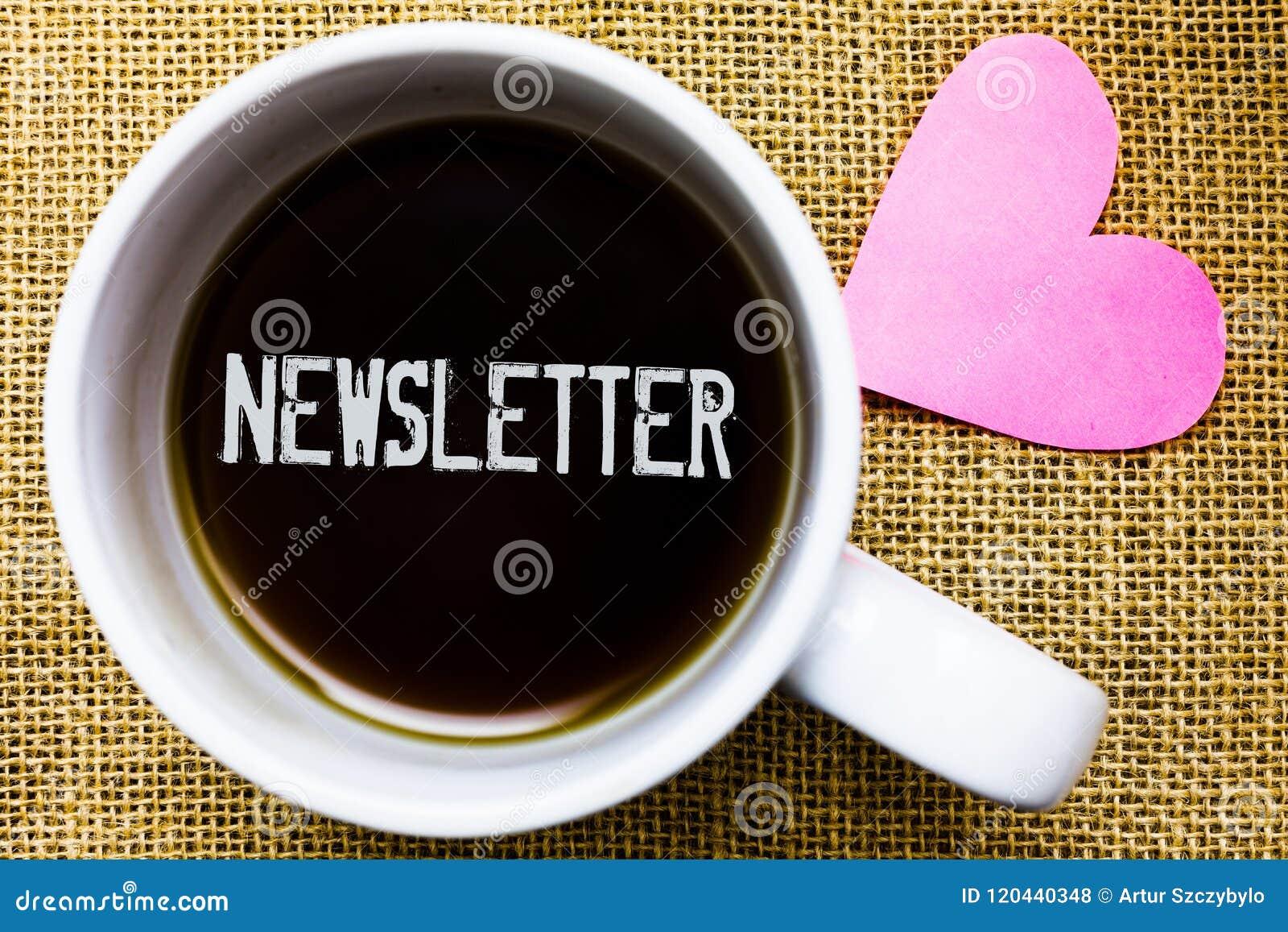 Sinal do texto que mostra o boletim de notícias Boletim conceptual da foto enviado periodicamente ao copo de café subscrito do te