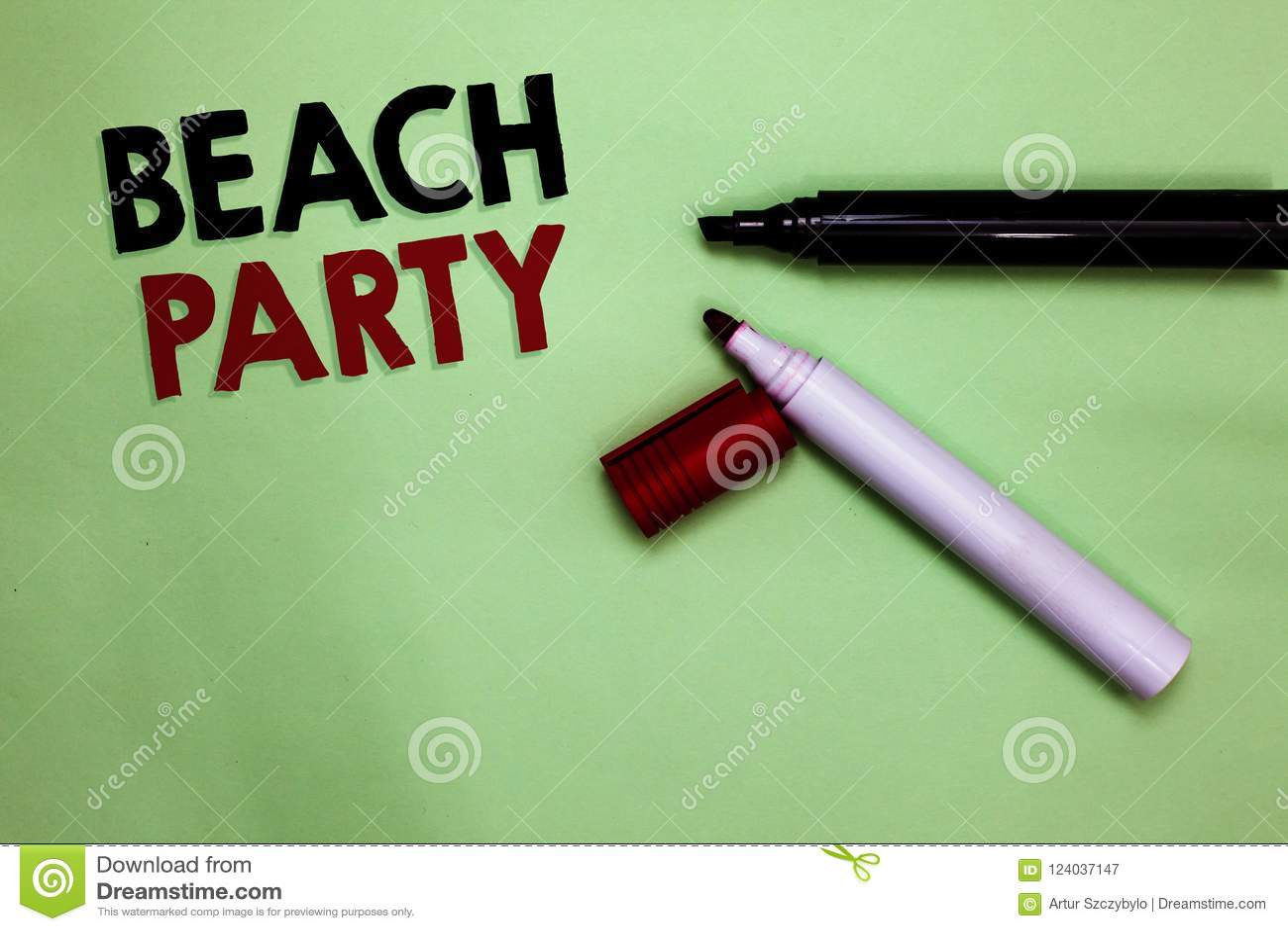 Sinal do texto que mostra o partido da praia Foto conceptual pequena ou festival grande guardado nas costas de mar que vestem ger