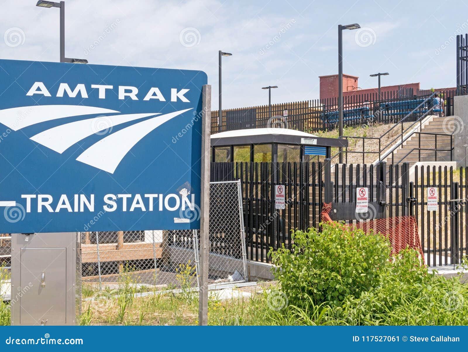 Sinal e escadas do estação de caminhos-de-ferro de Amtrak aos trens