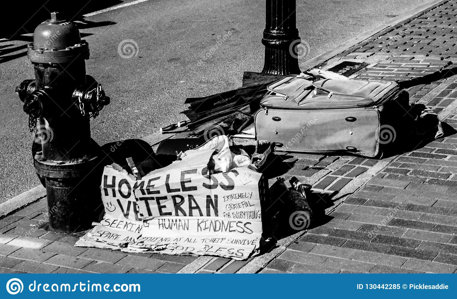 Sinal e pertences desabrigados do veterano na rua da cidade de Boston