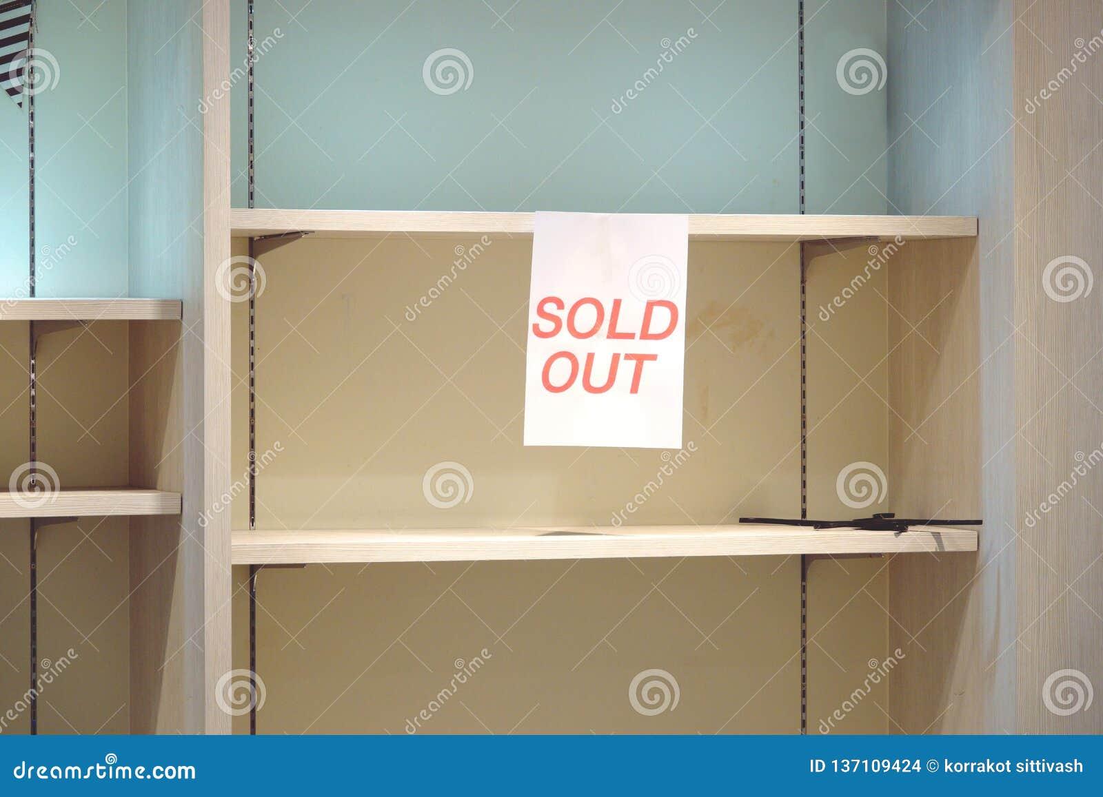 Sinal para fora vendido em prateleiras vazias