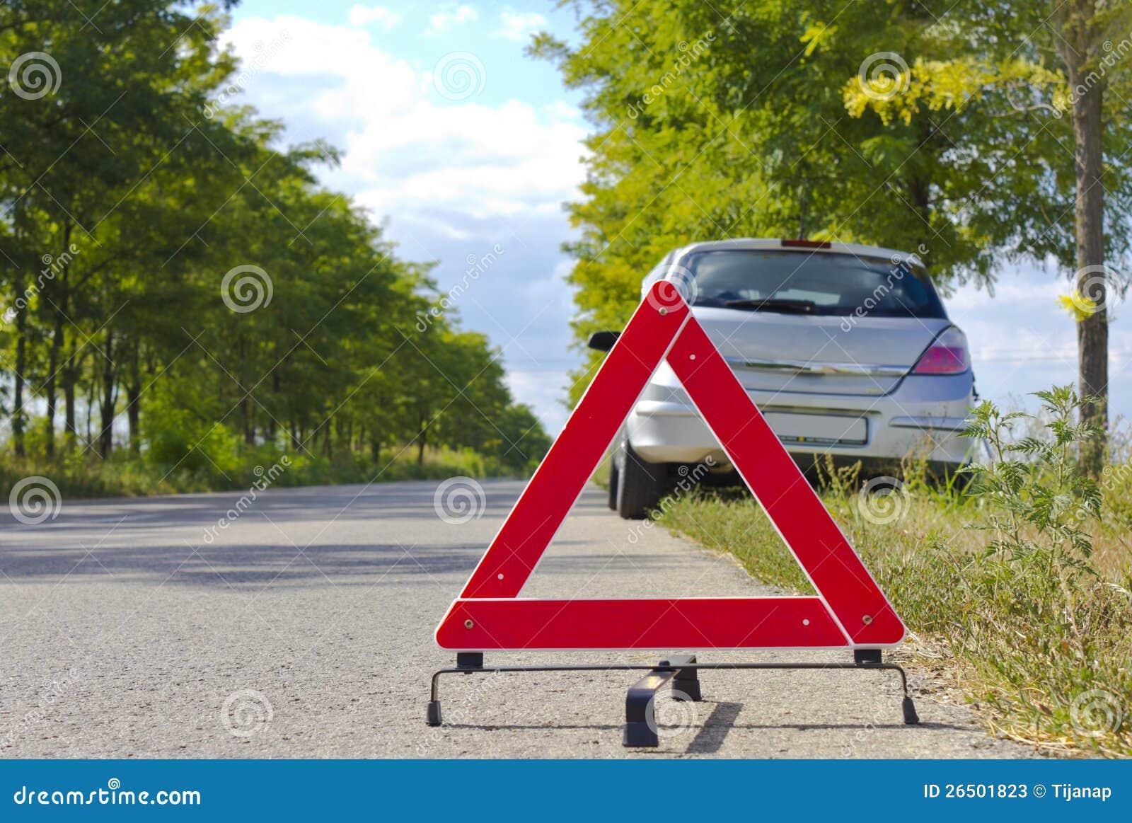 Sinal quebrado do carro em uma estrada