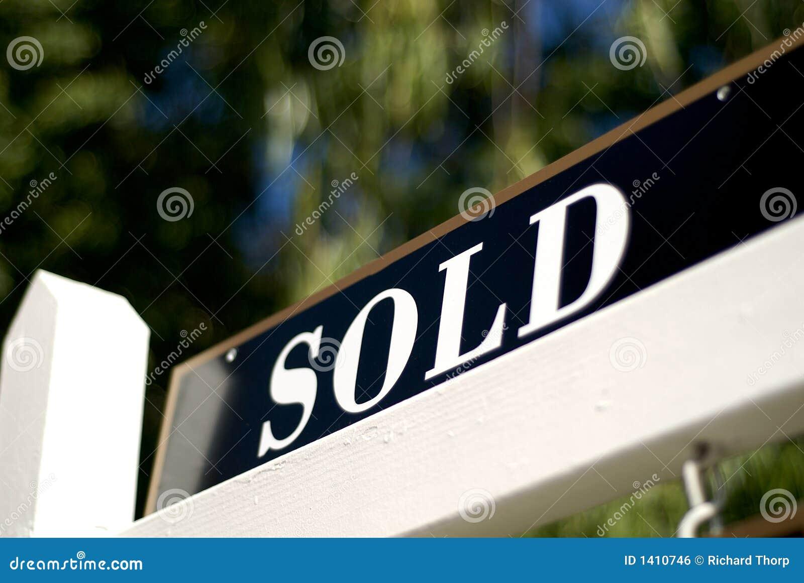 Sinal vendido na frente da casa ou do condomínio