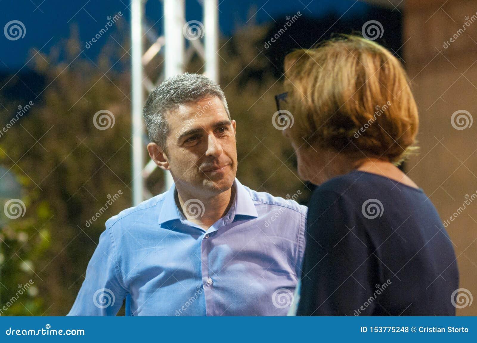 Sindaco Federico Pizzarotti di Parma ascolta un cittadino prima di un dibattito al partito italiano di unità del partito democrat