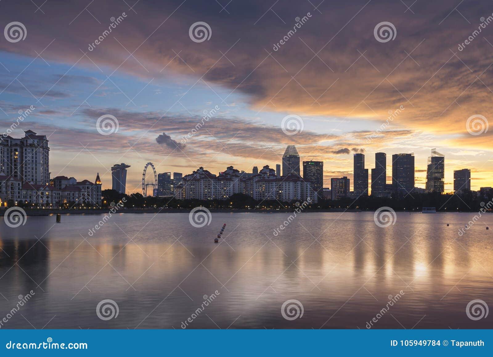 Singapore, Singapore - 1° dicembre 2017: Orizzonte e Costa Rhu Condominium di Singapore a tempo di tramonto