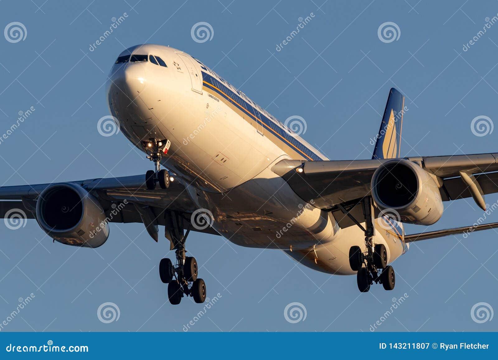 Singapore Airlines Airbus A330-343 9V-STI en el acercamiento a aterrizar en Adelaide Airport