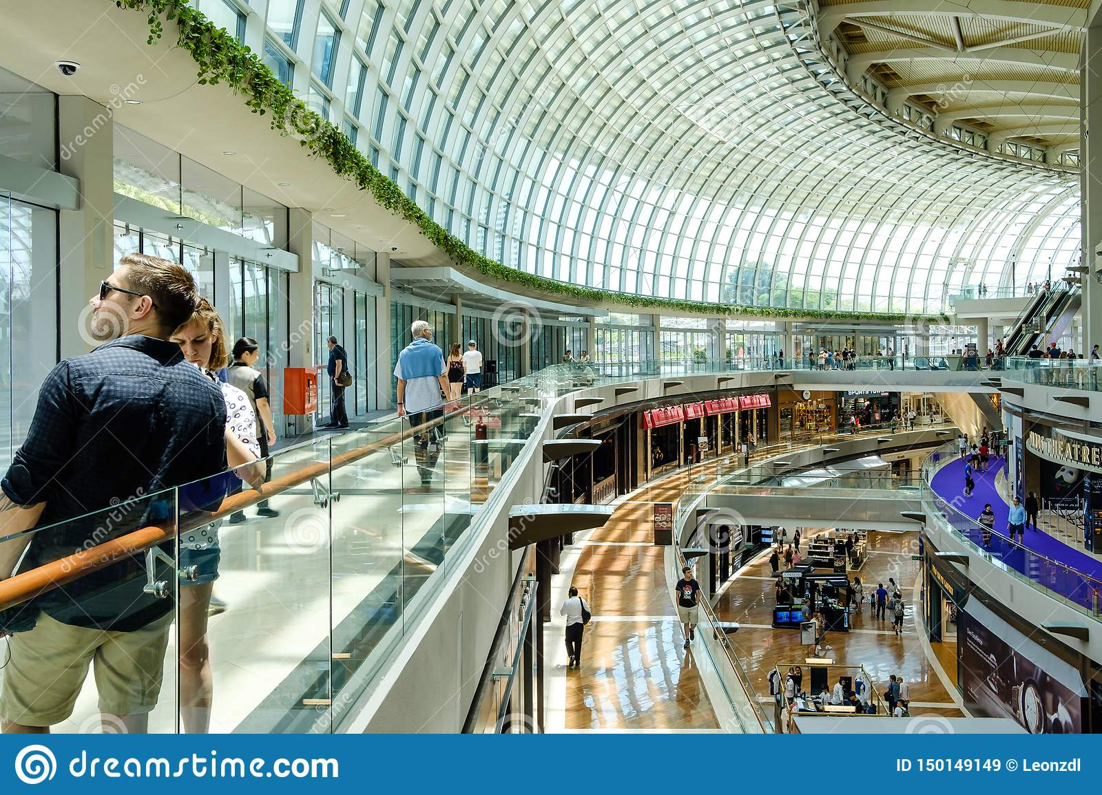 Singapore-13 APRIL 2019: inre av shoppesna på Marina Bay Sands Shoppesna är en av Singapore största lyxiga shopping