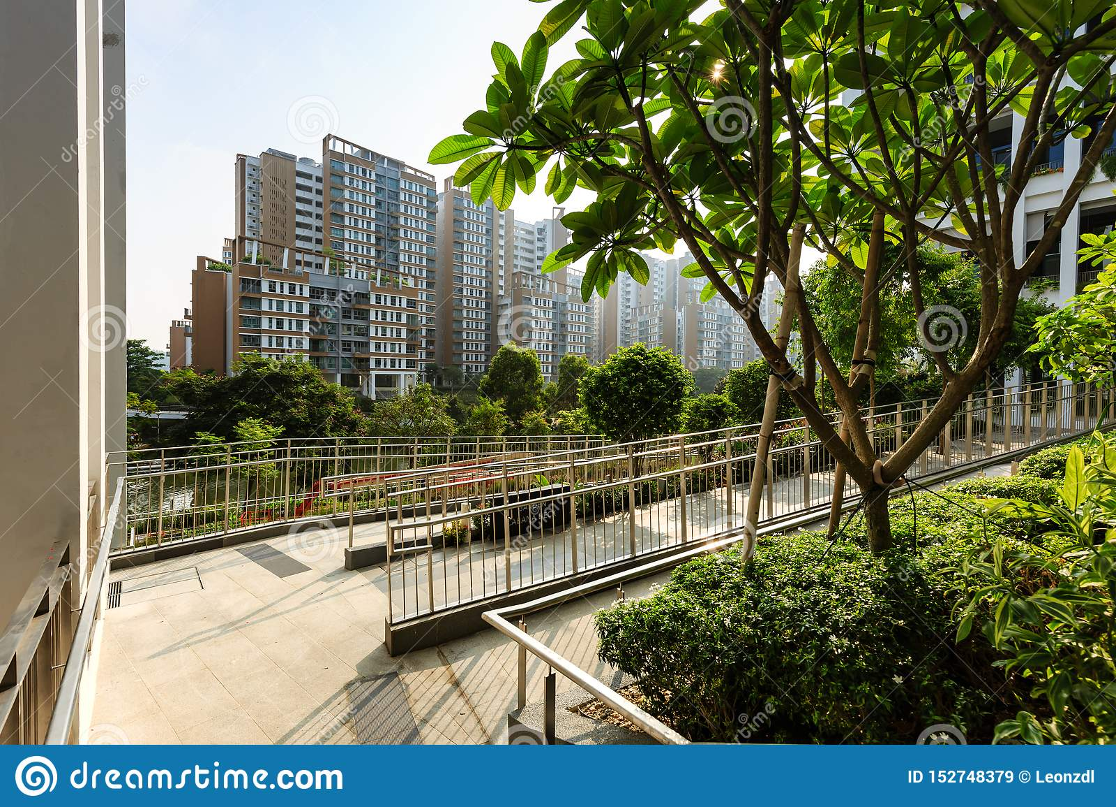 SINGAPORE-23 BRENG 2019 IN DE WAR: Oaseterras die Nieuwe de Buurtcentrum van Singapore en Polikliniekvoorgevel bouwen