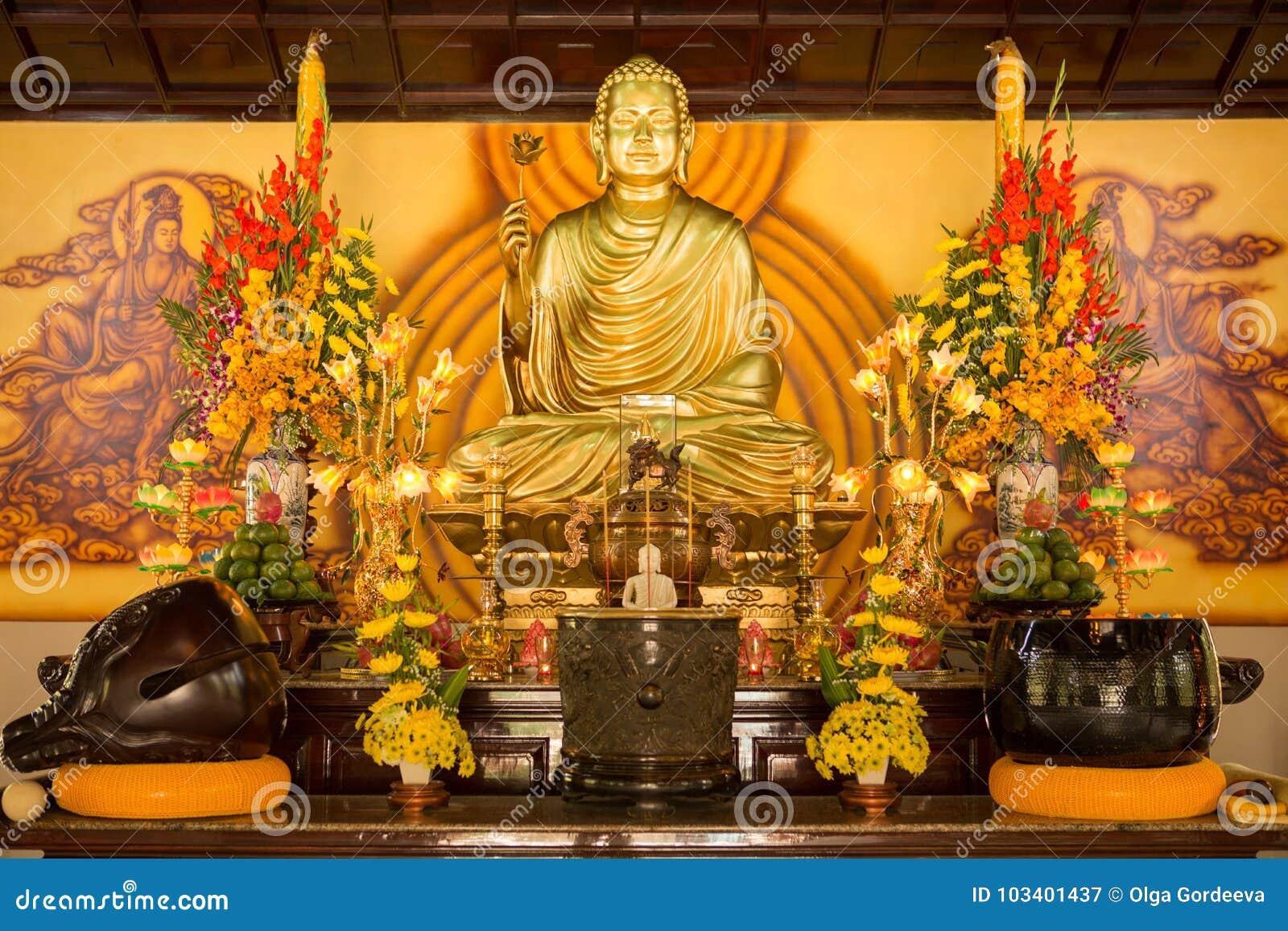 SINGAPORE/SINGAPORE - 23 DEC, 2015: Het standbeeld van de zitting van Boedha in meditatie en wachten voor Nirvana met dient ritue