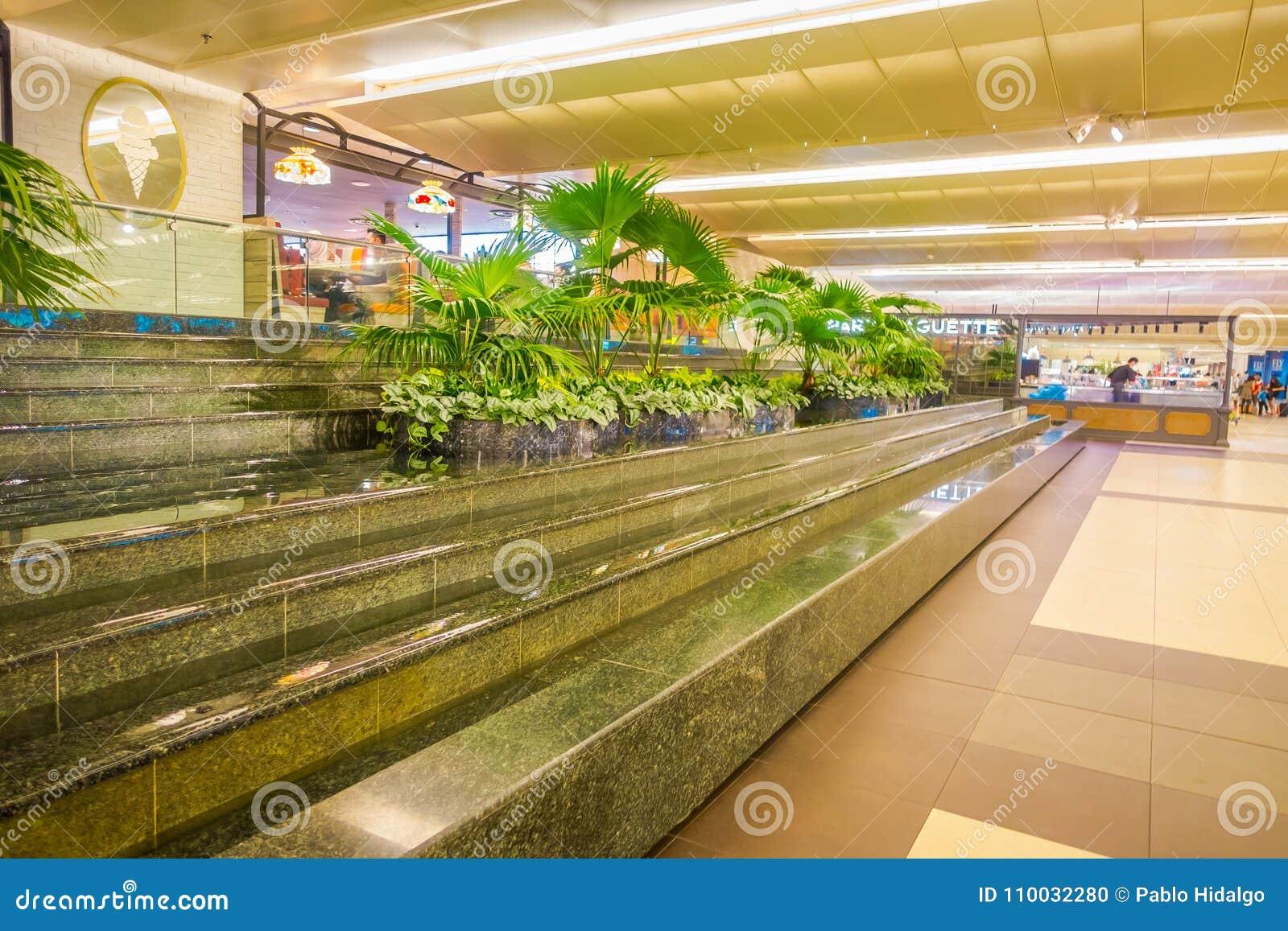 SINGAPORE, SINGAPORE - JANUARI 30 2018: Binnenmening van sommige installaties als decoratie in treden met water binnen van