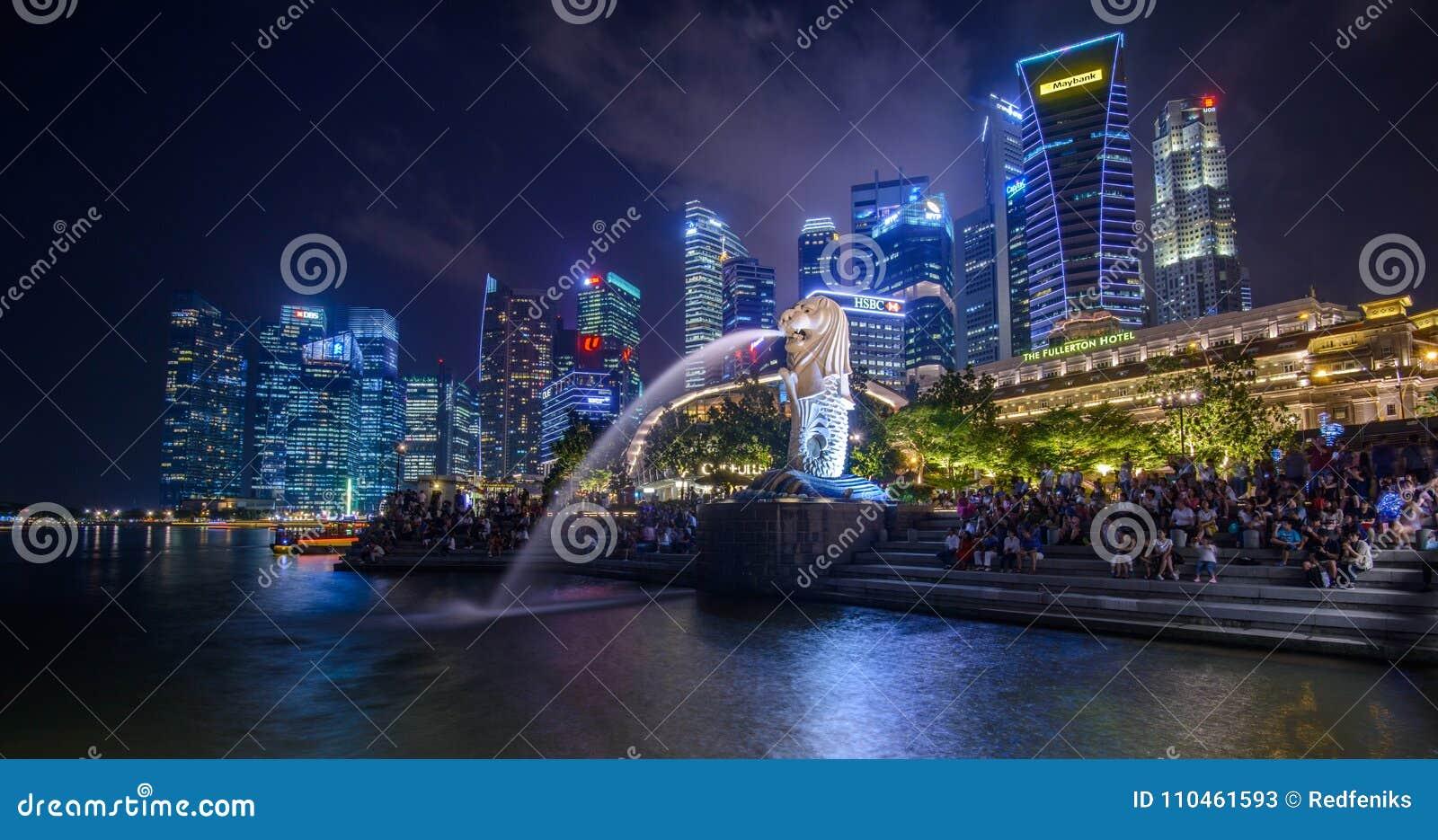 SINGAPORE - JANUARI 10, 2018: Merlion är en imaginär varelse med huvudet av ett lejon och kroppen av en fisk