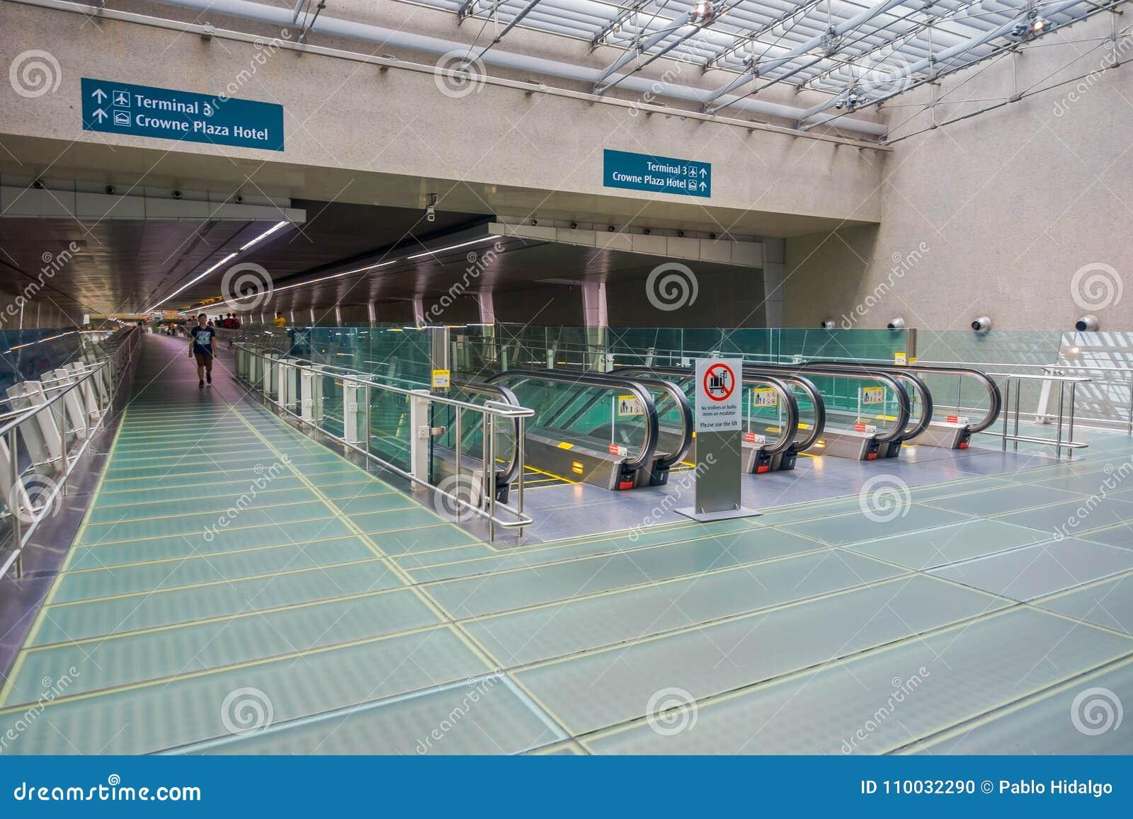 SINGAPORE, SINGAPORE - JANUARI 30 2018: Niet geïdentificeerde mens die dicht bij een Roltrap bij Changi internationale luchthaven