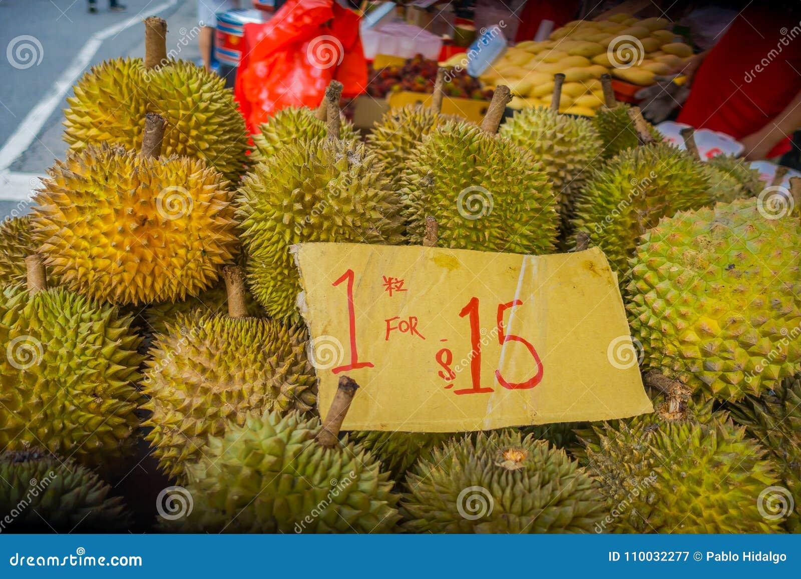 SINGAPORE, SINGAPORE - JANUARI 30 2018: Sluit omhoog van durian fruit, het beroemde tropische fruit in Aziatische landen met zijn