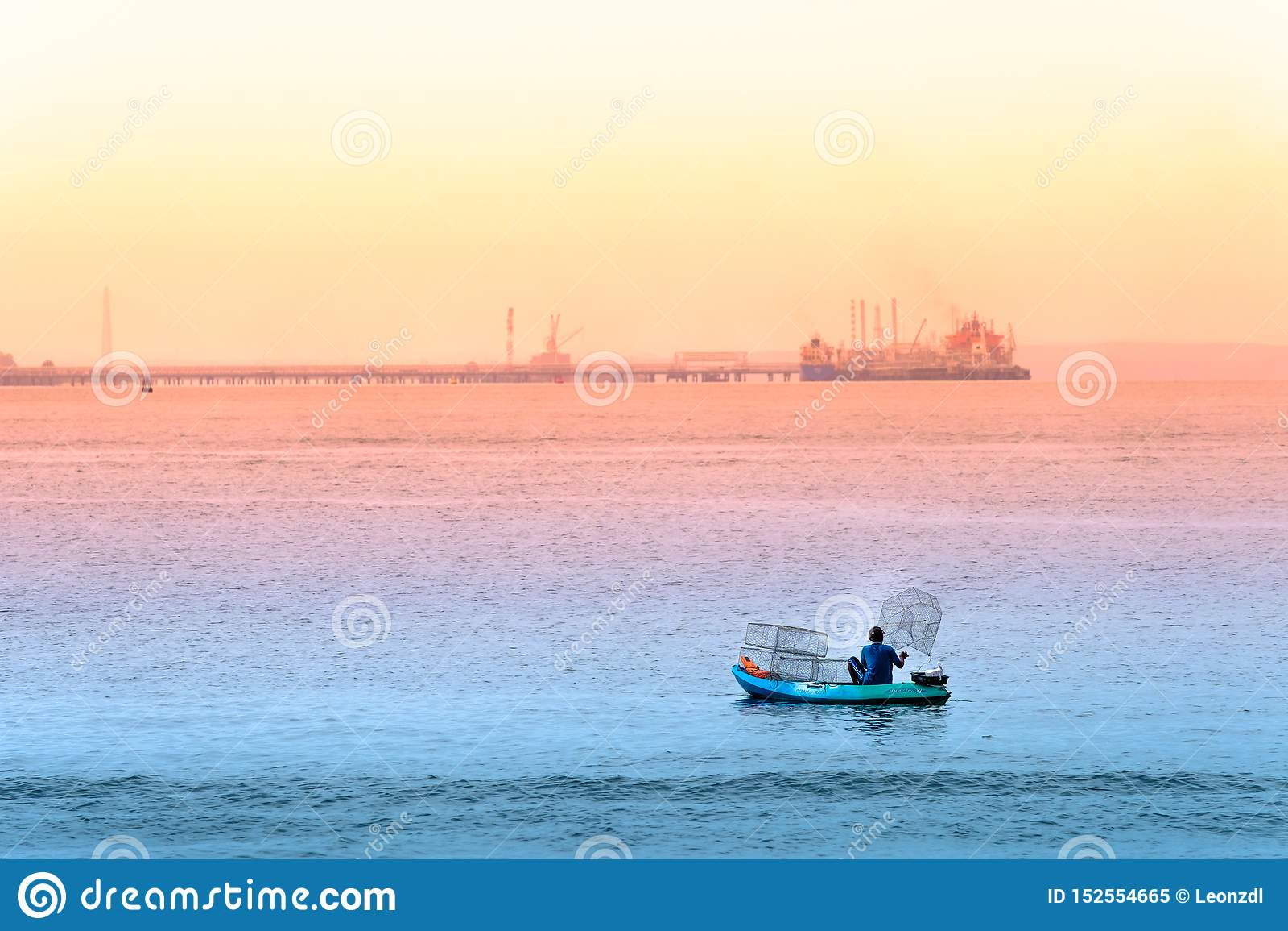 Singapore-29 JUN 2019: De visser vist in het overzees door kooien te plaatsen