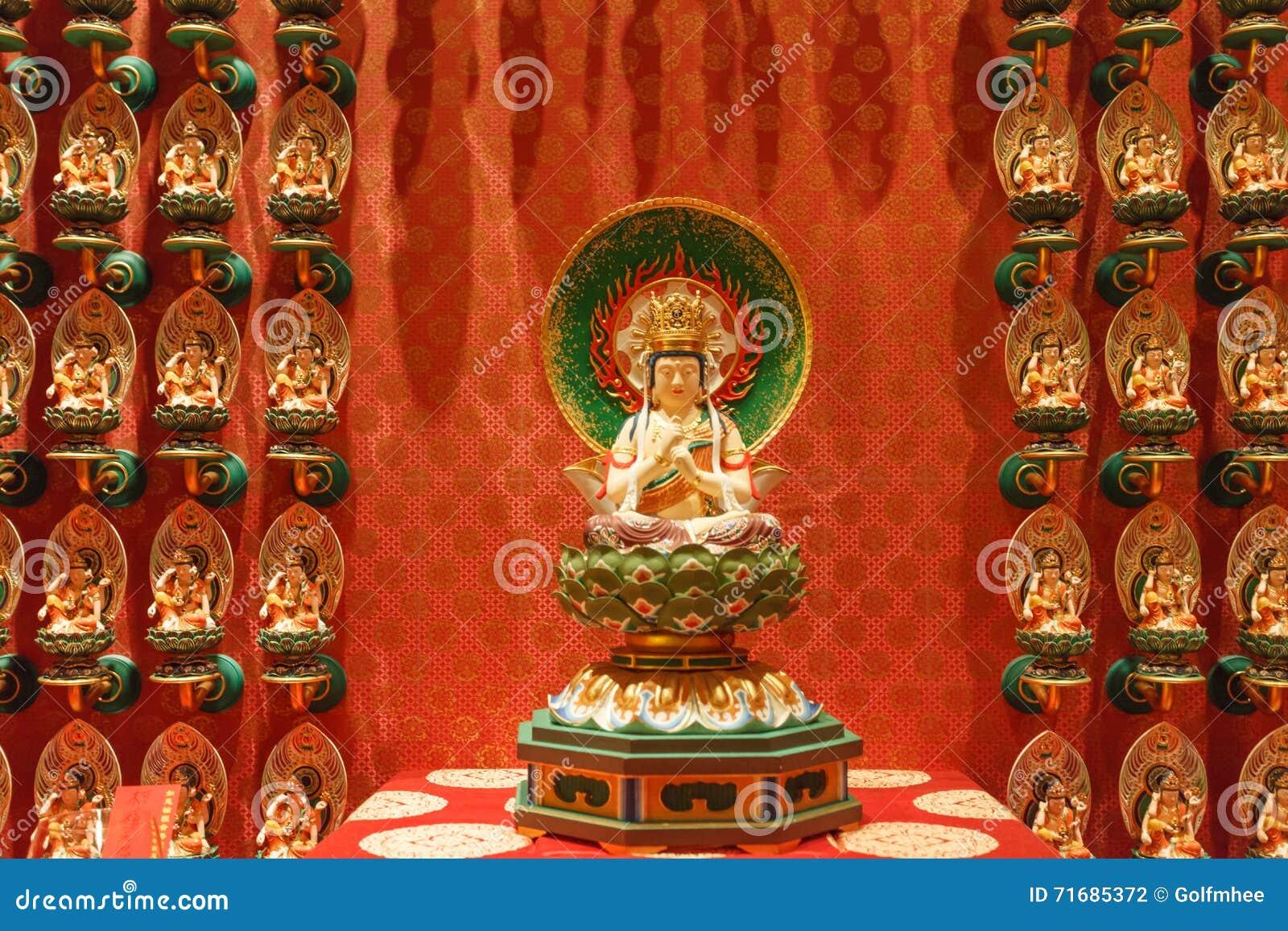 SINGAPORE/SINGAPORE - 27 BRENGEN, 2014 IN DE WAR: Rode Chinese tempel, Boedha